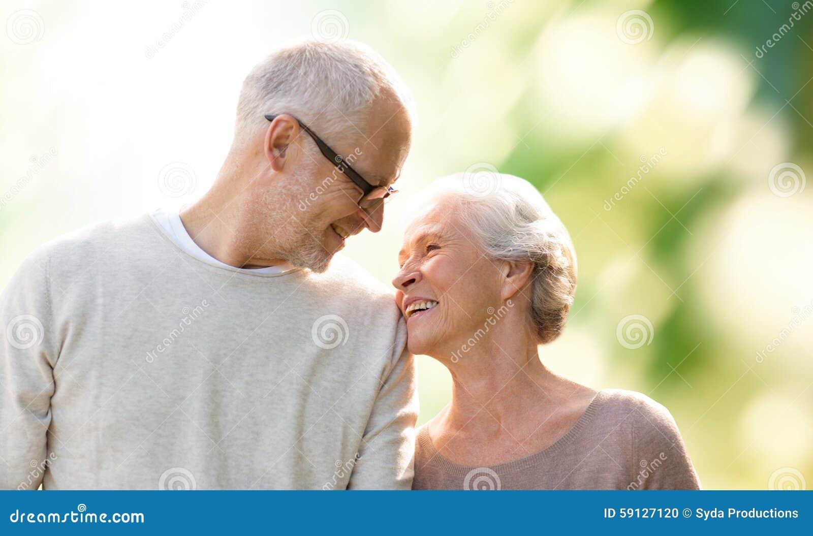 Szczęśliwa starsza para nad zielonym naturalnym tłem