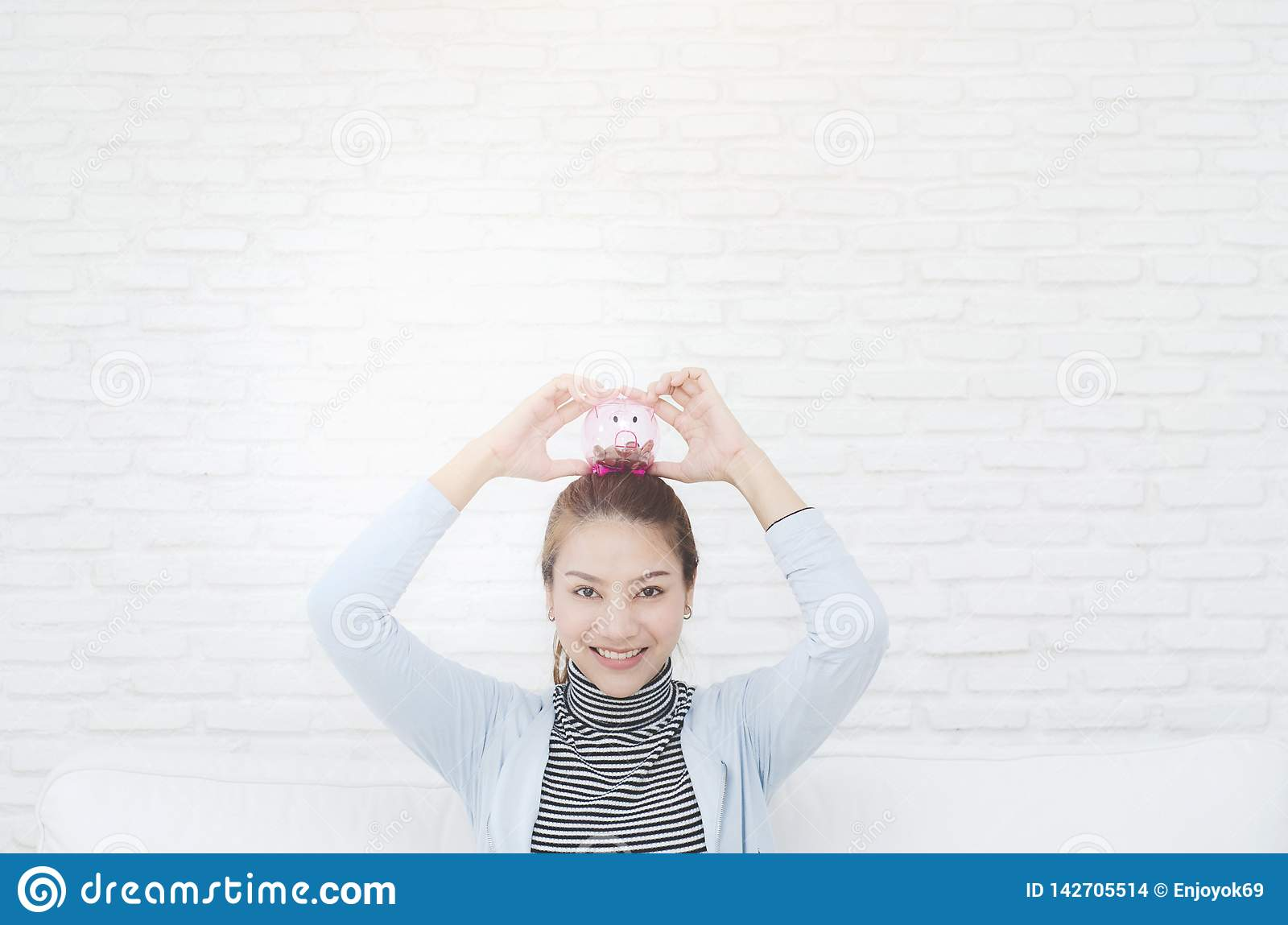 Szczęśliwa uśmiechnięta kobieta w pokoju