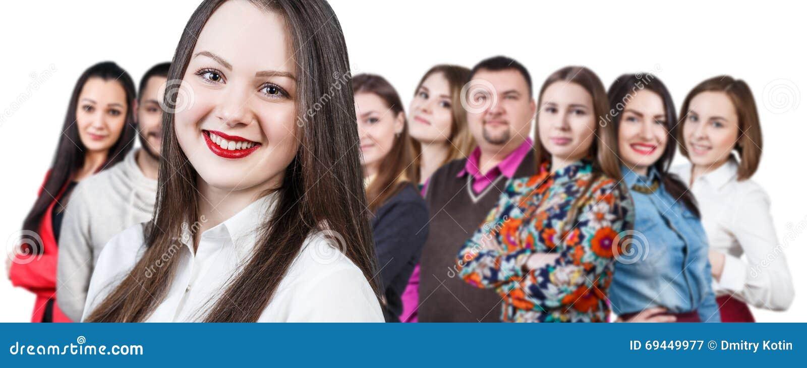 Szczęśliwa uśmiechnięta młoda grupa ludzi