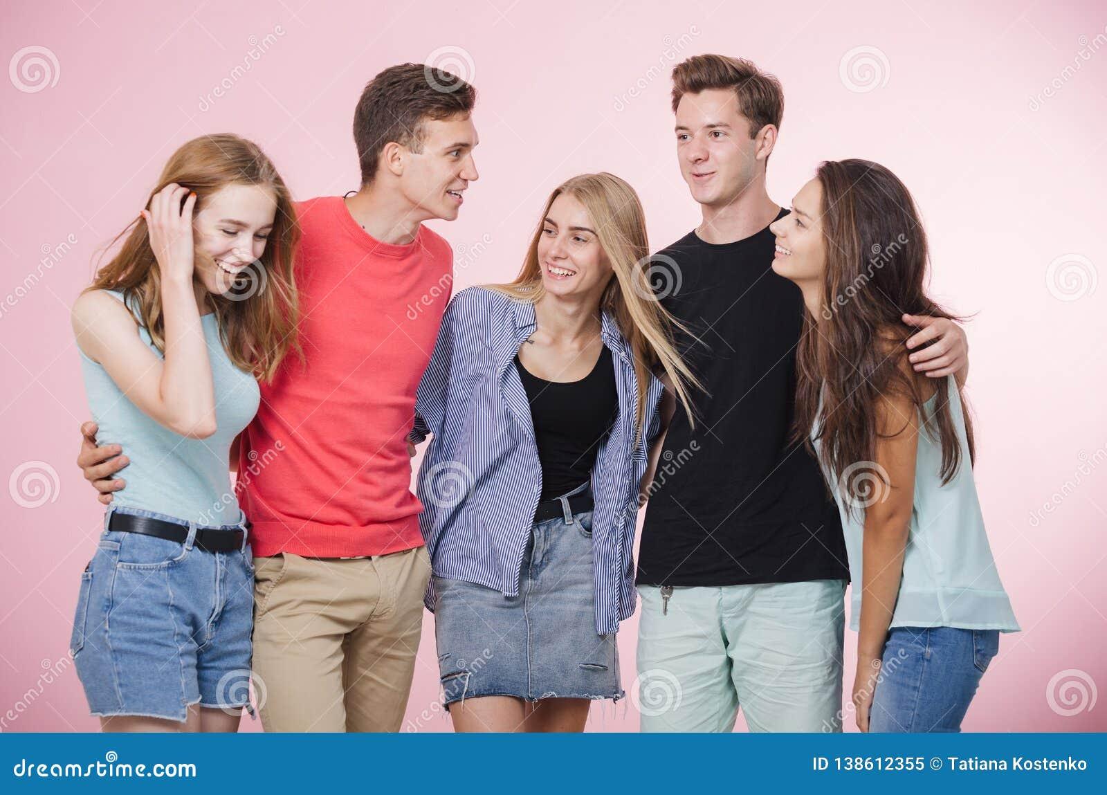 Szczęśliwa uśmiechnięta potomstwo grupa wpólnie śmia się i opowiada przyjaciele stoi Najlepsi Przyjaciele