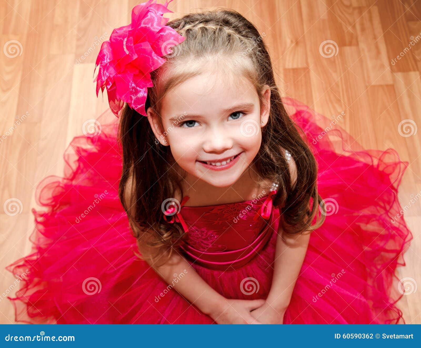 Szczęśliwa urocza mała dziewczynka w princess sukni
