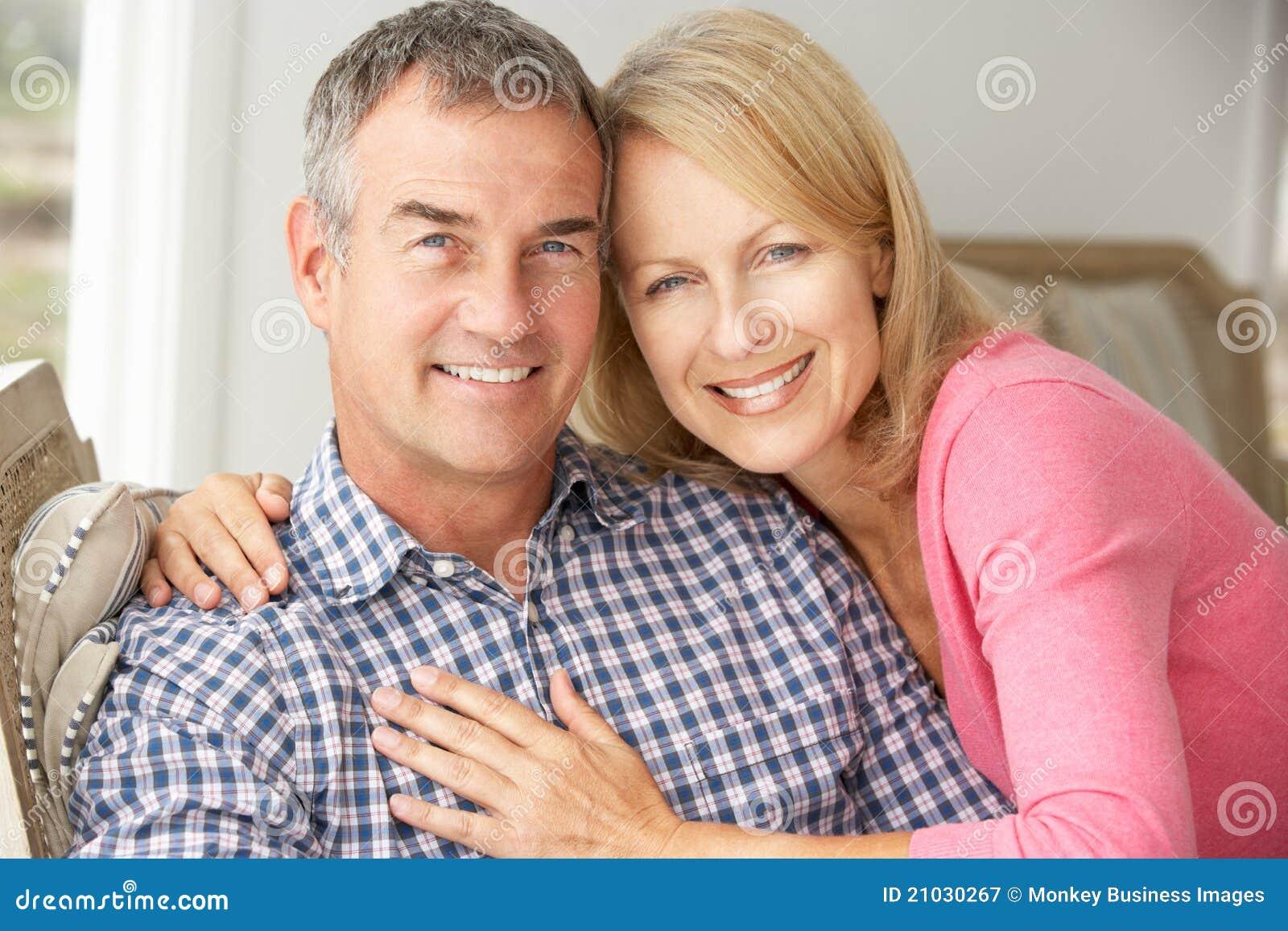 Szczęśliwa w połowie pełnoletnia para w domu