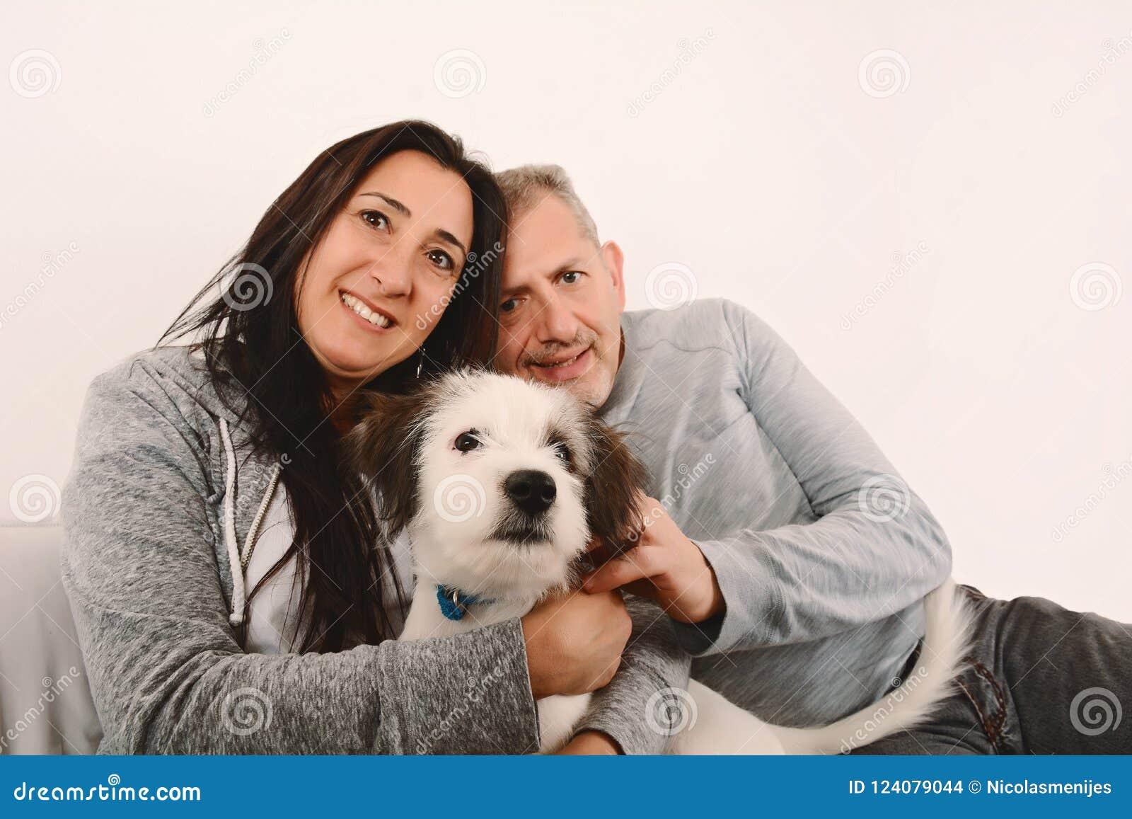 Szczęśliwa wiek średni para z szczeniaka psem