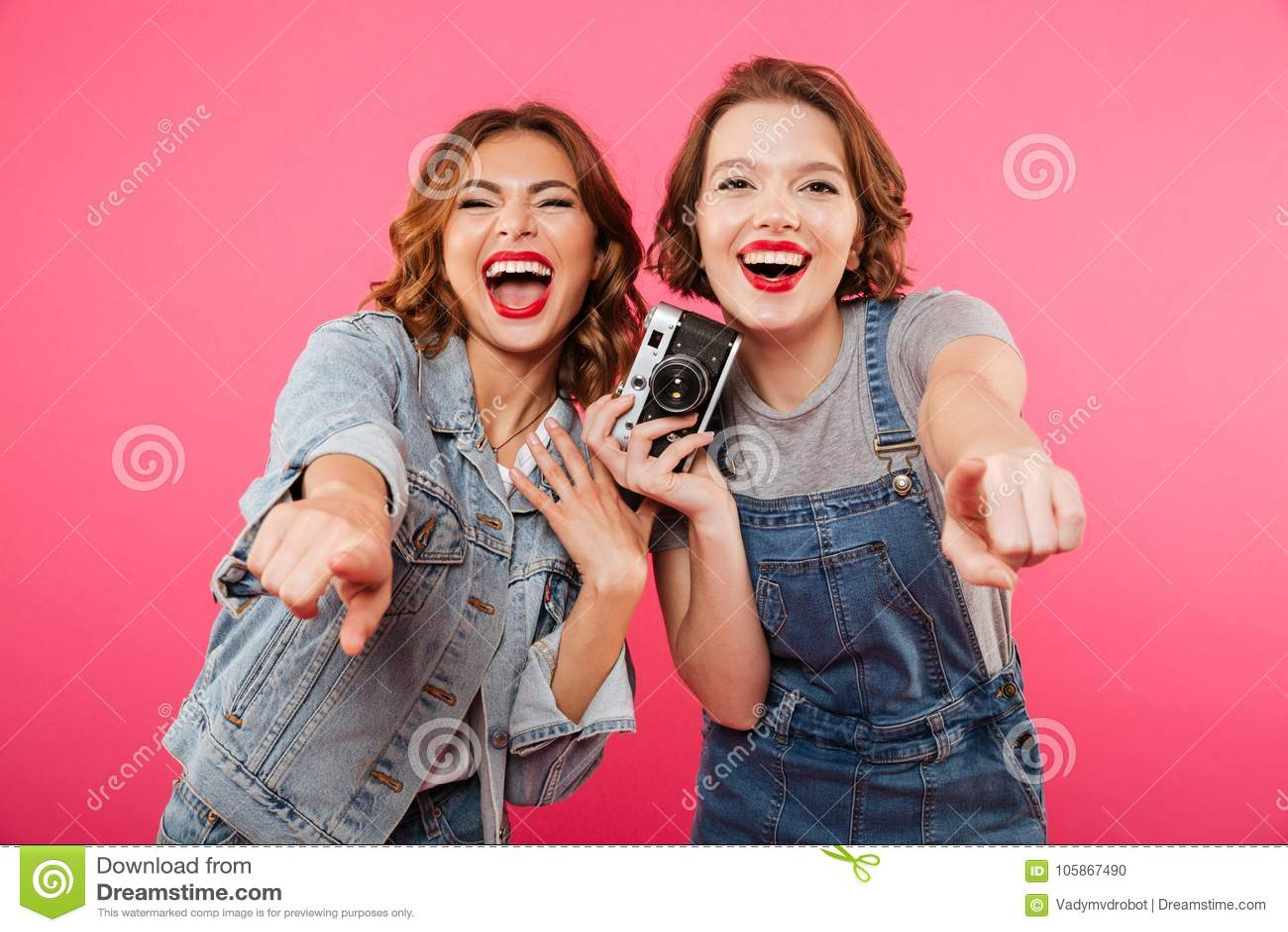 Szczęśliwe damy robią fotografii i wskazywać kamerą wy