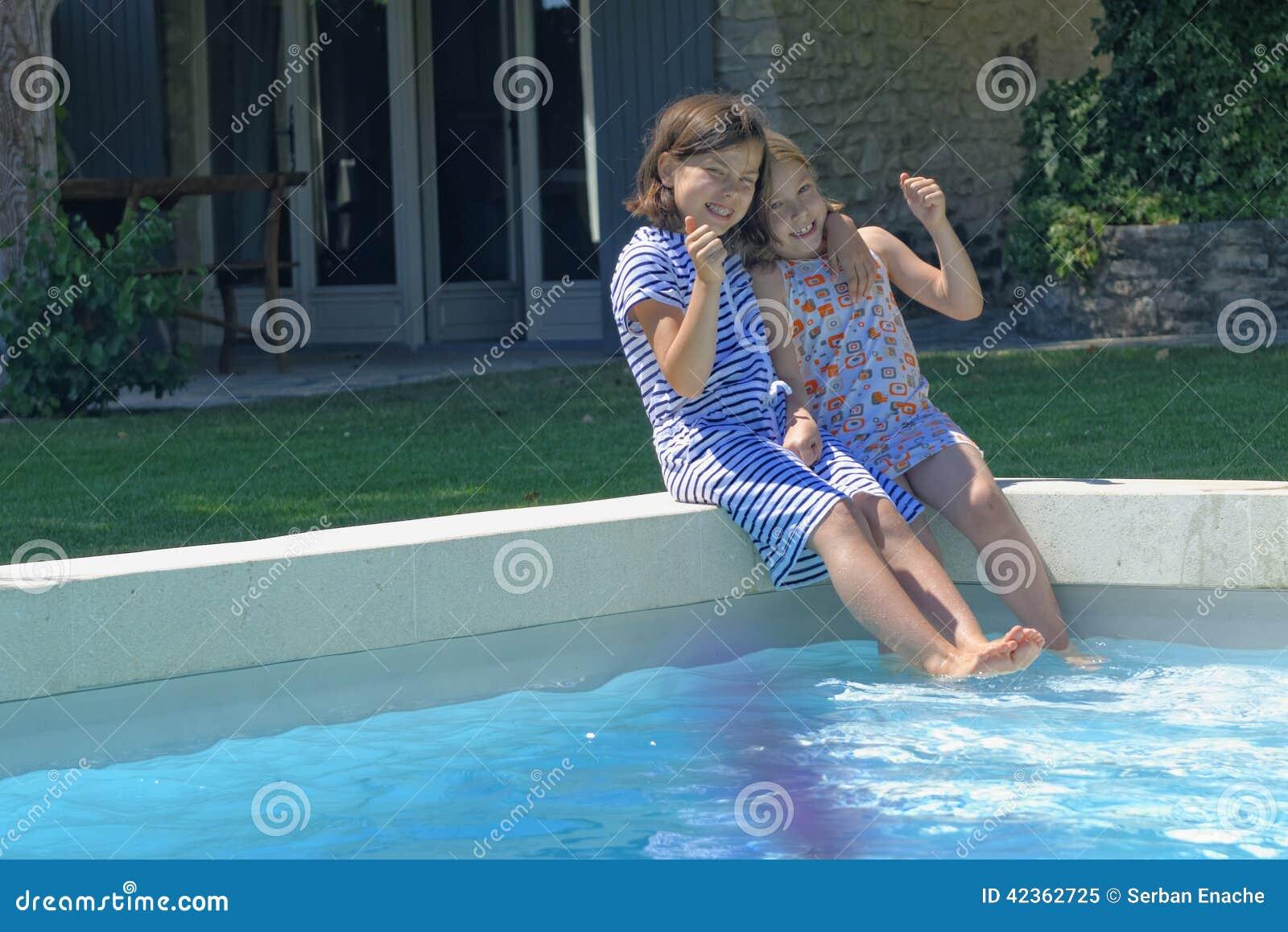 Szczęśliwe dziewczyny basenem w Francja