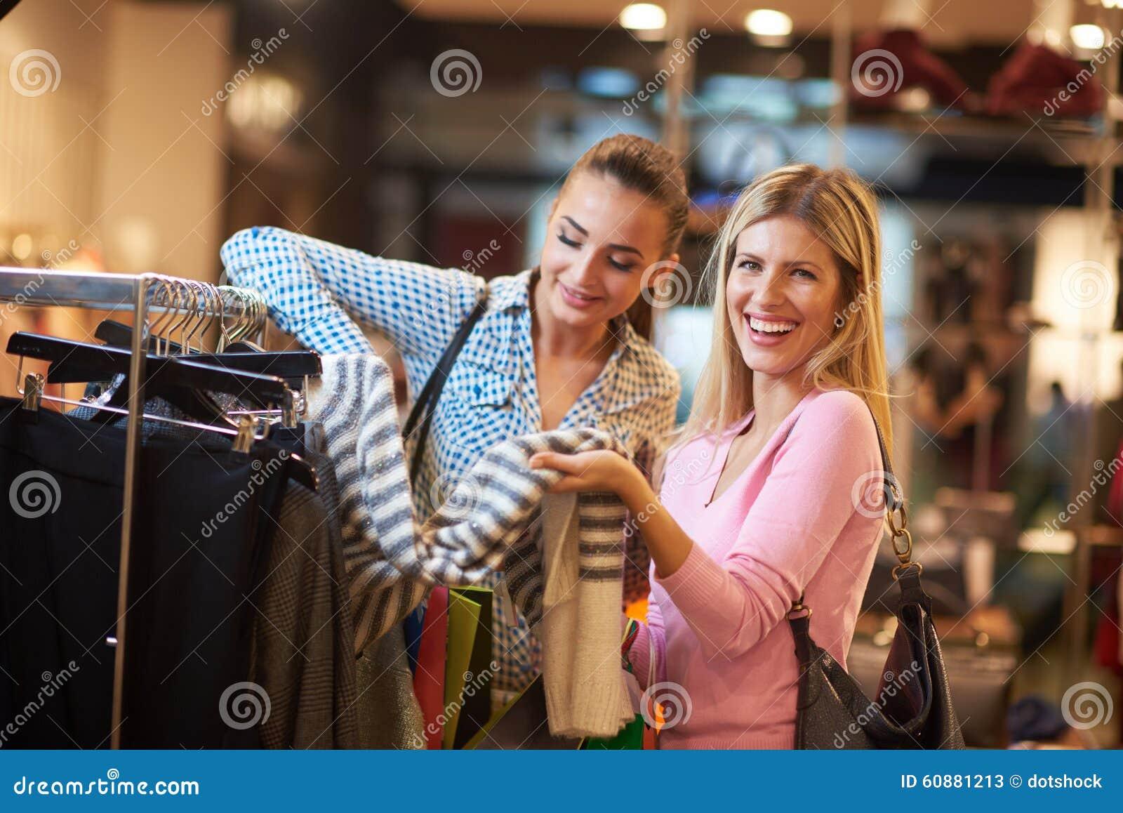 Szczęśliwe młode dziewczyny w zakupy centrum handlowym