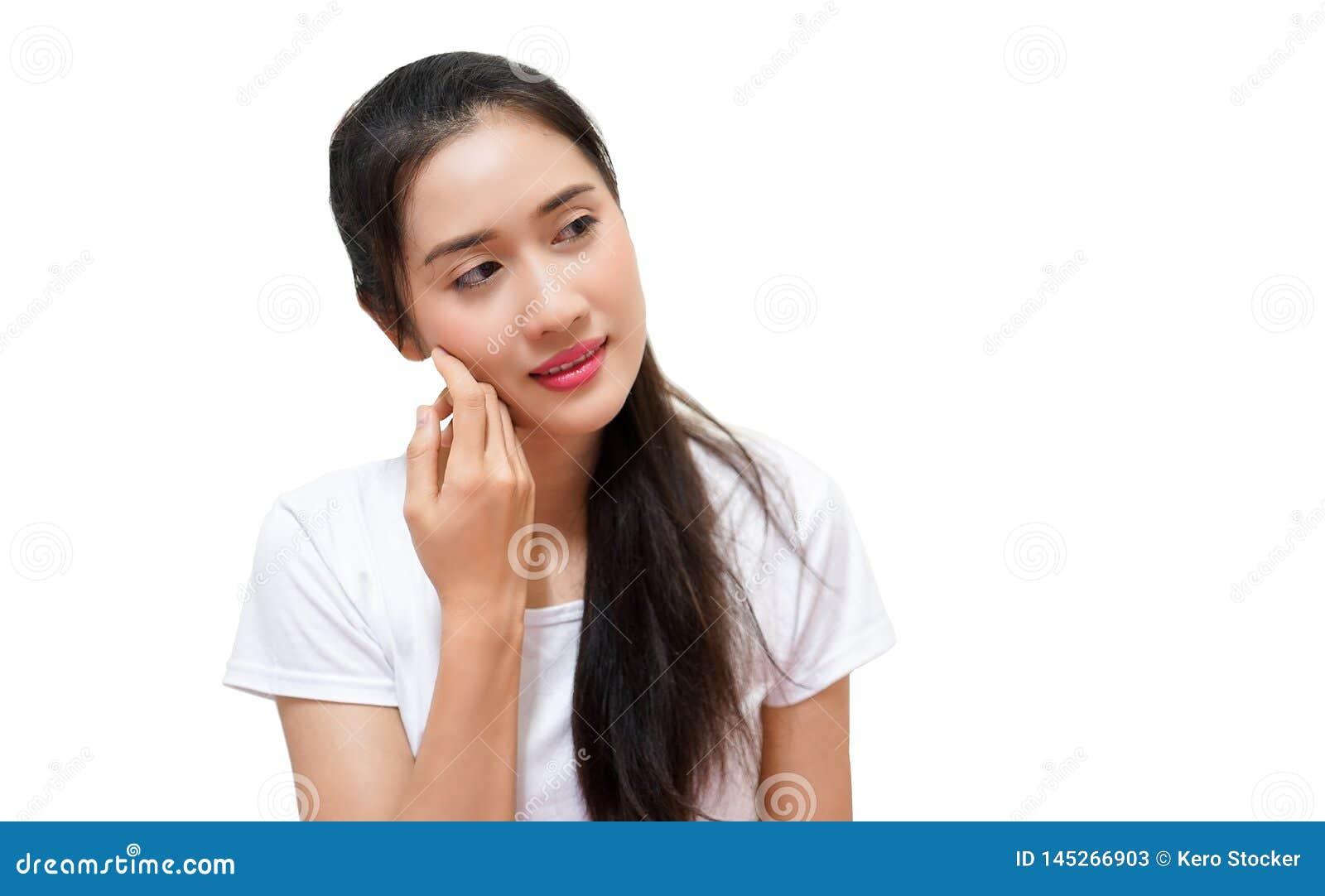 Szczęśliwe młode piękne kobiety w t-sirt przedstawienia prawa ręka papierze dla teksta projektują pozycja odizolowywająceg