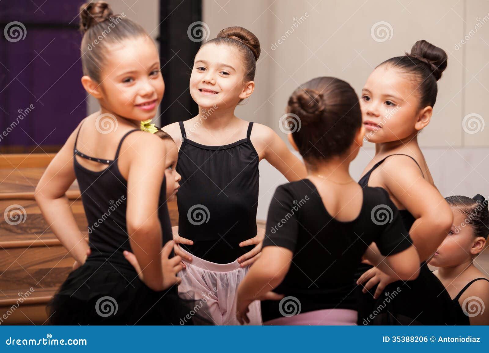 Szczęśliwe małe dziewczynki w balet klasie