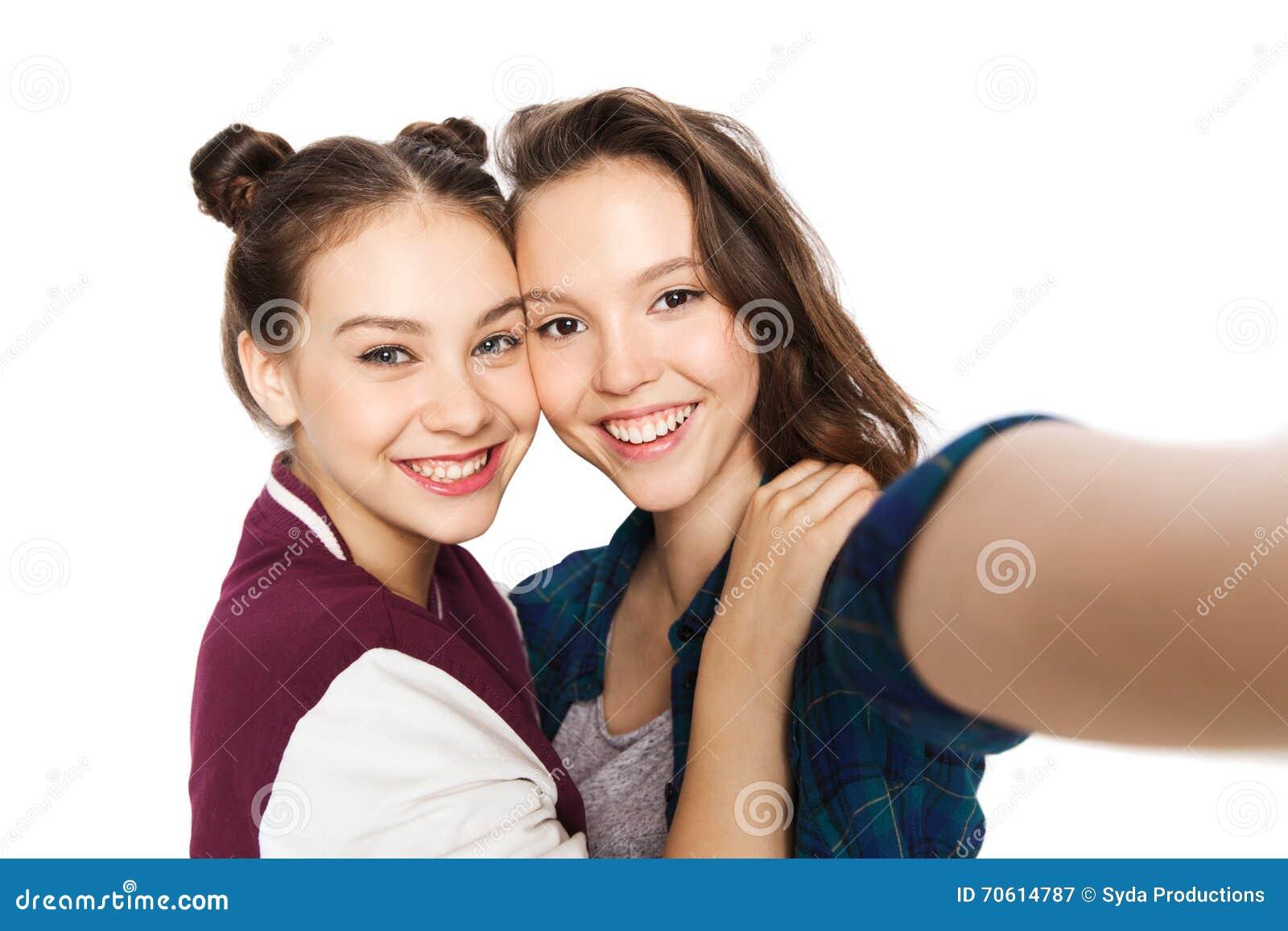 Szczęśliwe ono uśmiecha się ładne nastoletnie dziewczyny bierze selfie