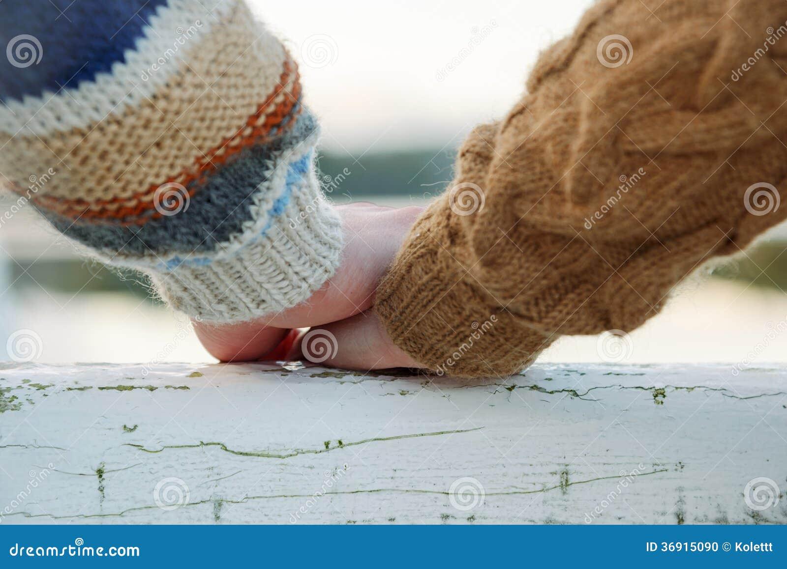 Szczęśliwe romantyczne pary mienia ręki