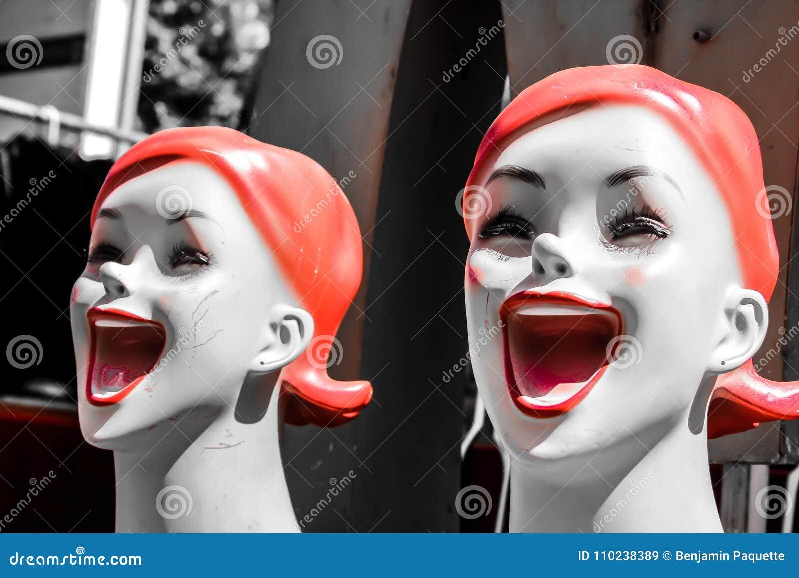Szczęśliwe twarze na mannequins