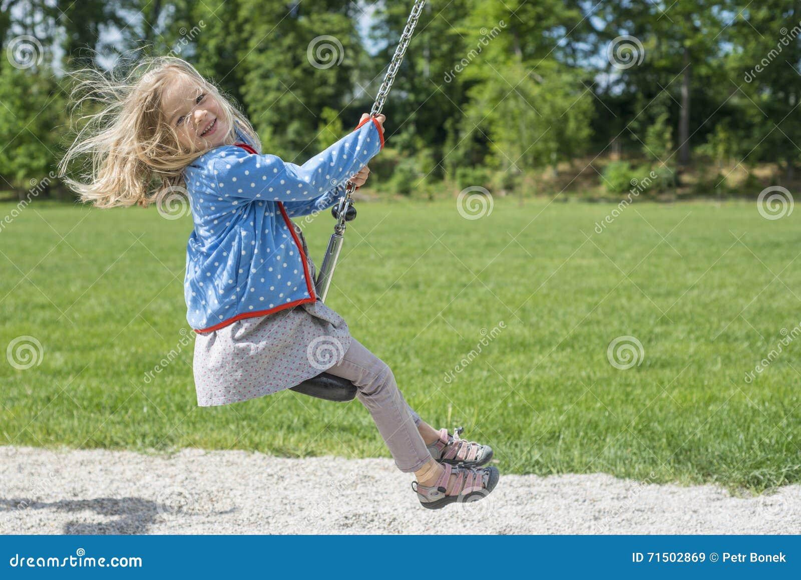 Szczęśliwego dziecka blond dziewczyna (wiek 5) ono pozbywa się na Latającego Fox sztuki wyposażeniu w children boisku