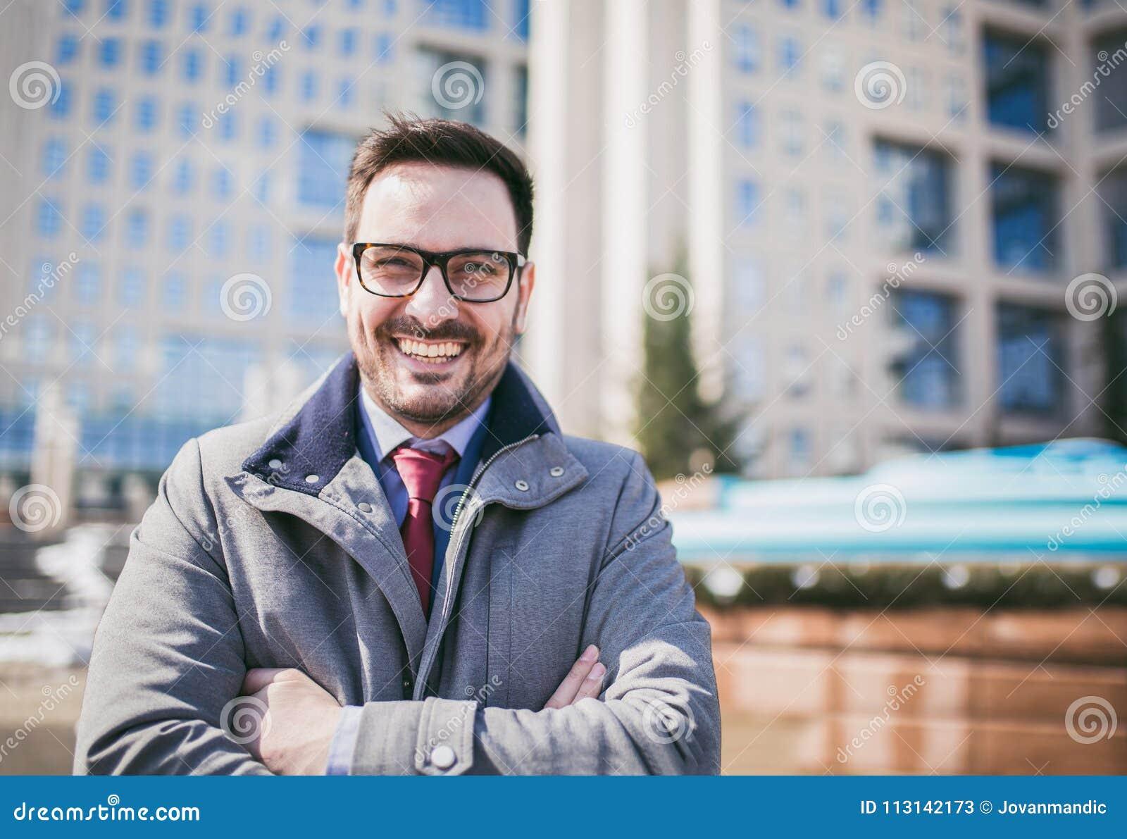 Szczęśliwego firma lidera CEO szefa wykonawcza pozycja przed budynkiem