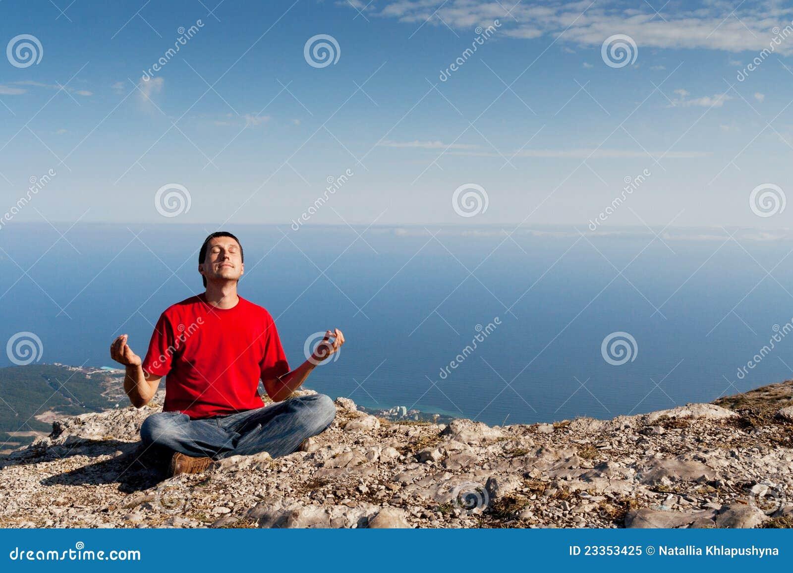 Szczęśliwego mężczyzna halna poza siedzi joga