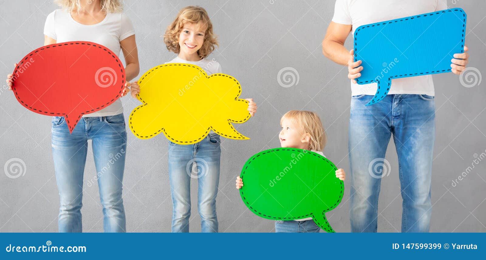 Szczęśliwego rodzinnego mienia mowy bąbla kolorowy papierowy puste miejsce