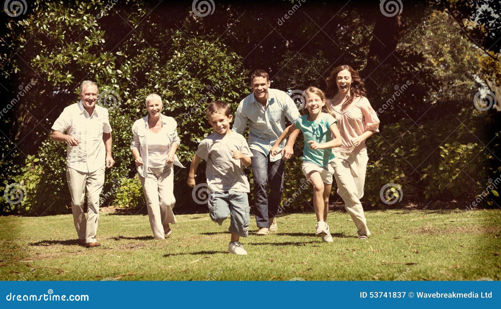 Szczęśliwego wielo- pokolenia rodzinny bieg w kierunku kamery