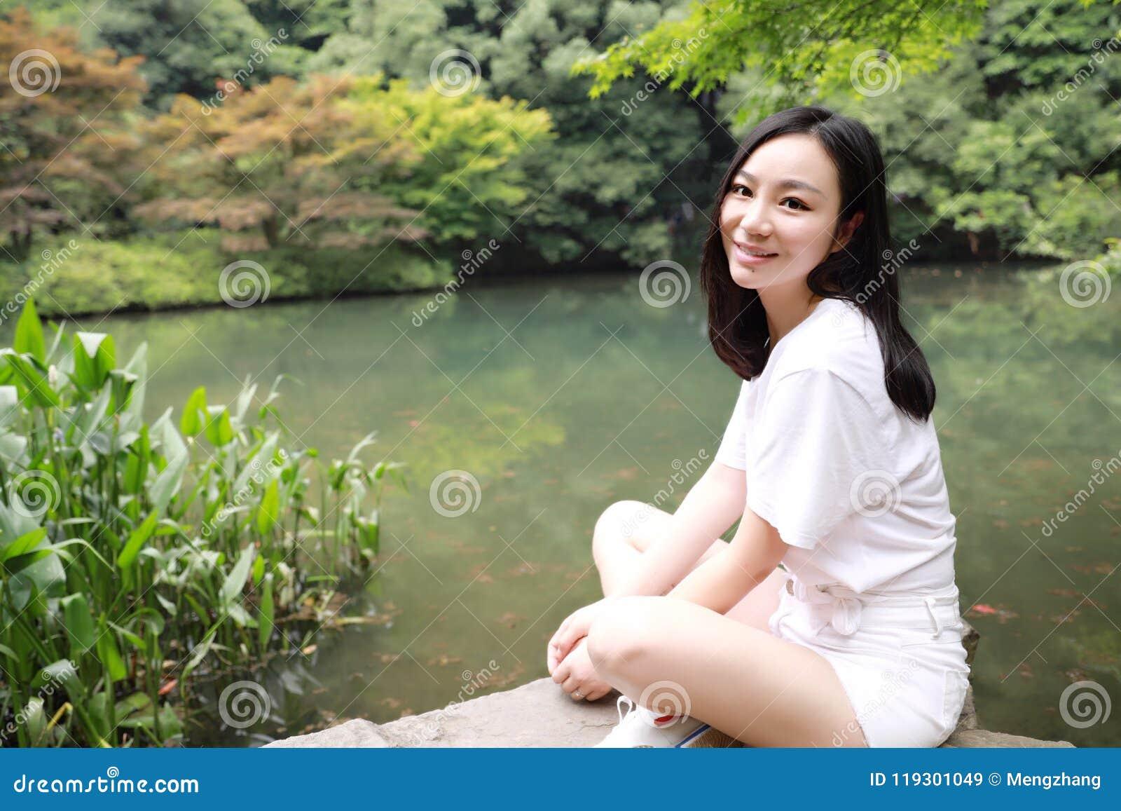 Szczęśliwej bezpłatnej uśmiechu pokoju równowagi medytaci piękna dziewczyny Azjatycka Chińska podróż wycieczkuje odoru klonu robi
