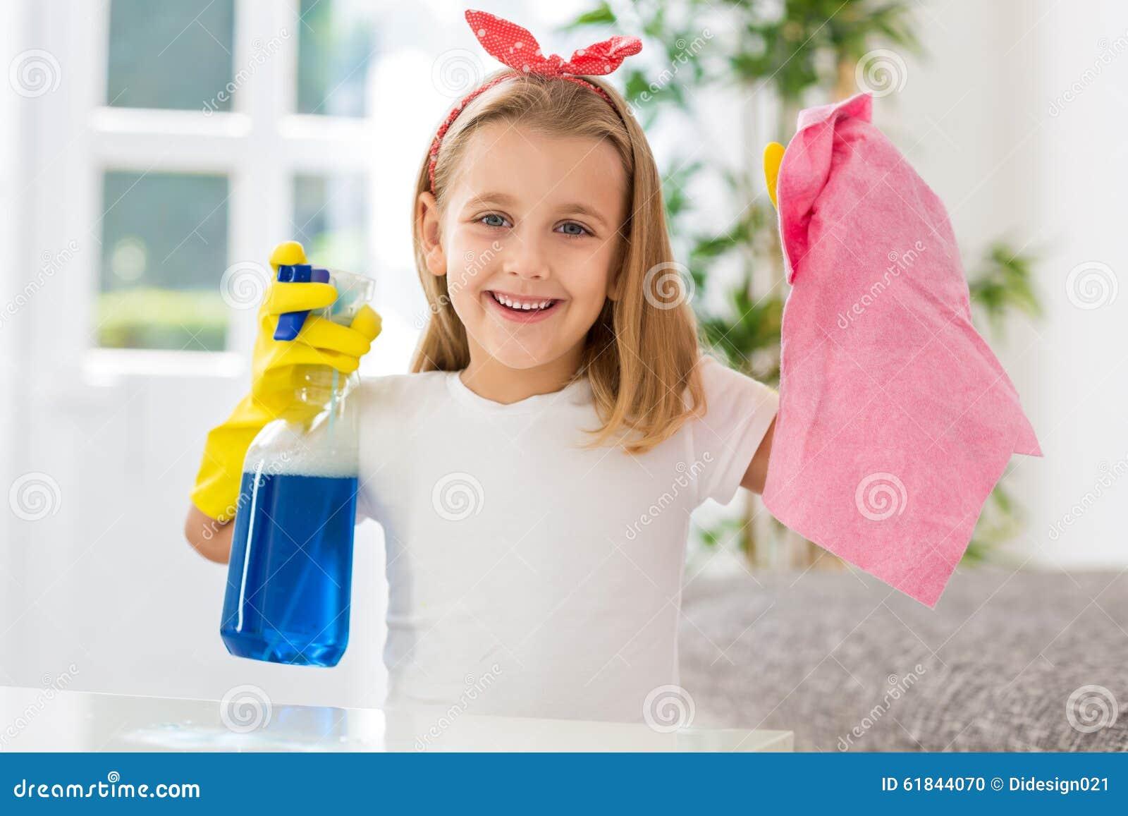 Szczęśliwej uśmiechniętej ślicznej dziewczyny sprzątania pomyślni robi zobowiązania