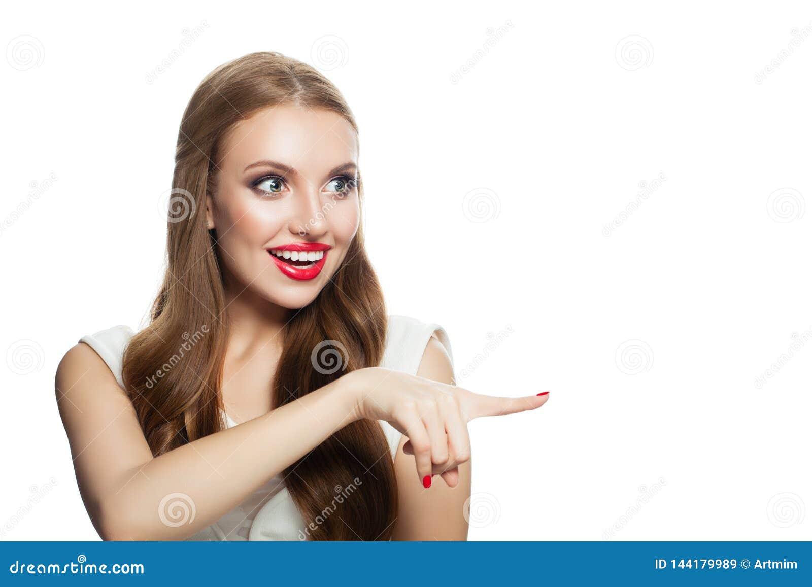 Szczęśliwej zdziwionej kobiety wzorcowy wskazuje palec odizolowywający na bielu, portret