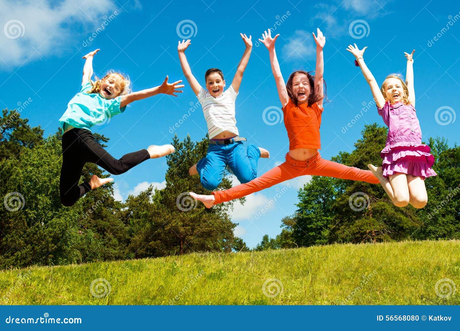 Szczęśliwi aktywni dzieci