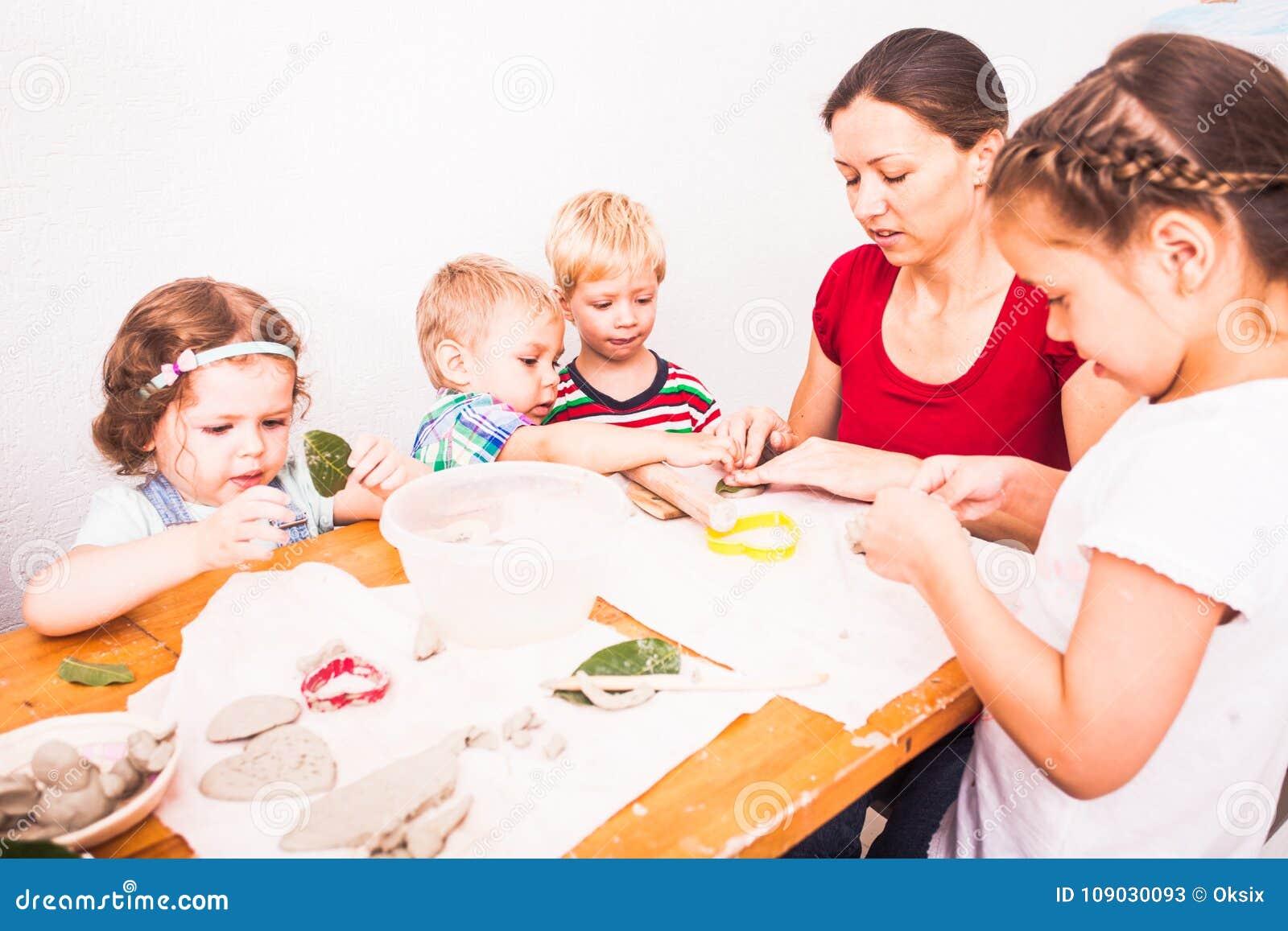 Szczęśliwi dzieci angażują z modelarską gliną