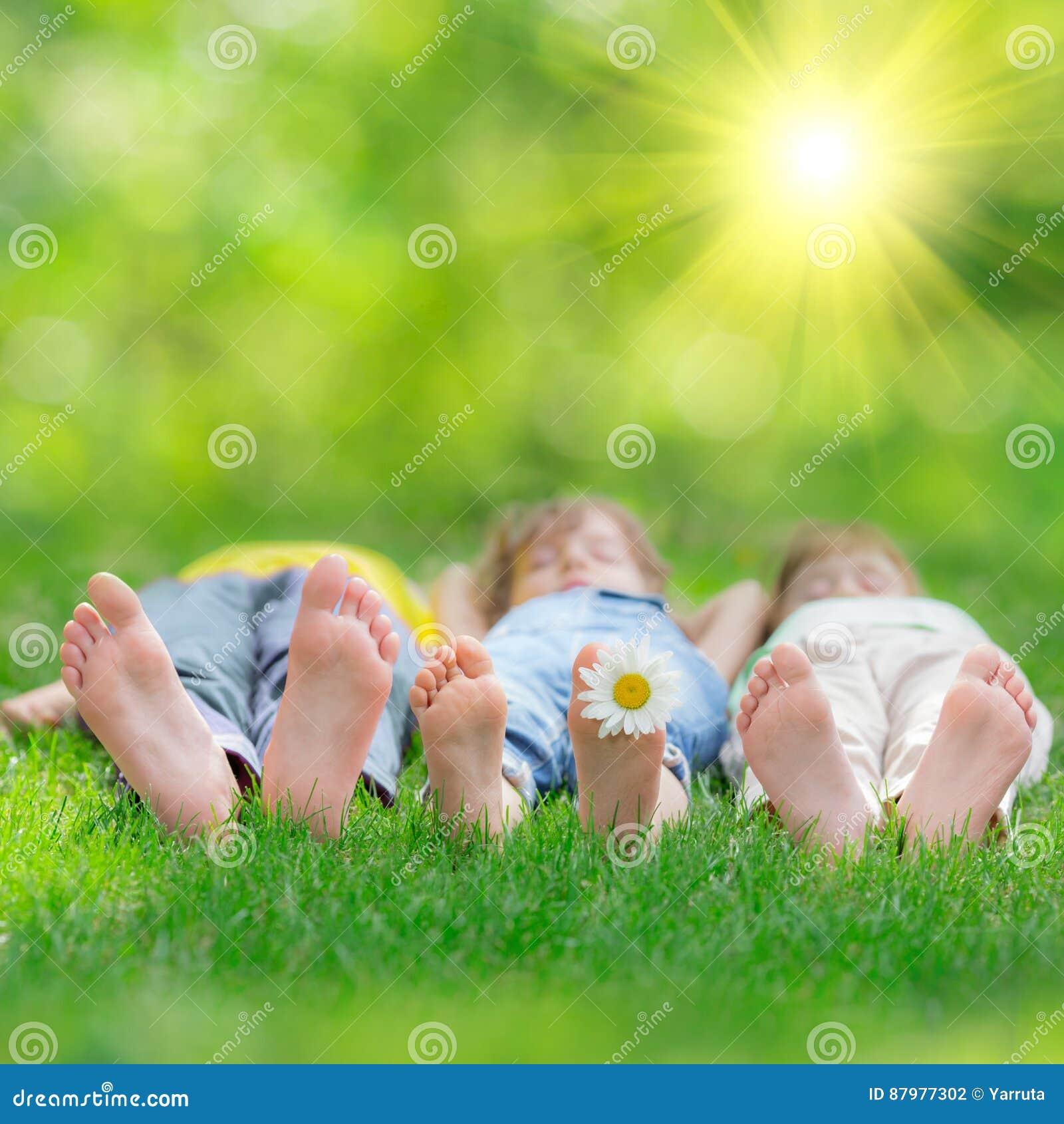 Szczęśliwi dzieci bawić się outdoors
