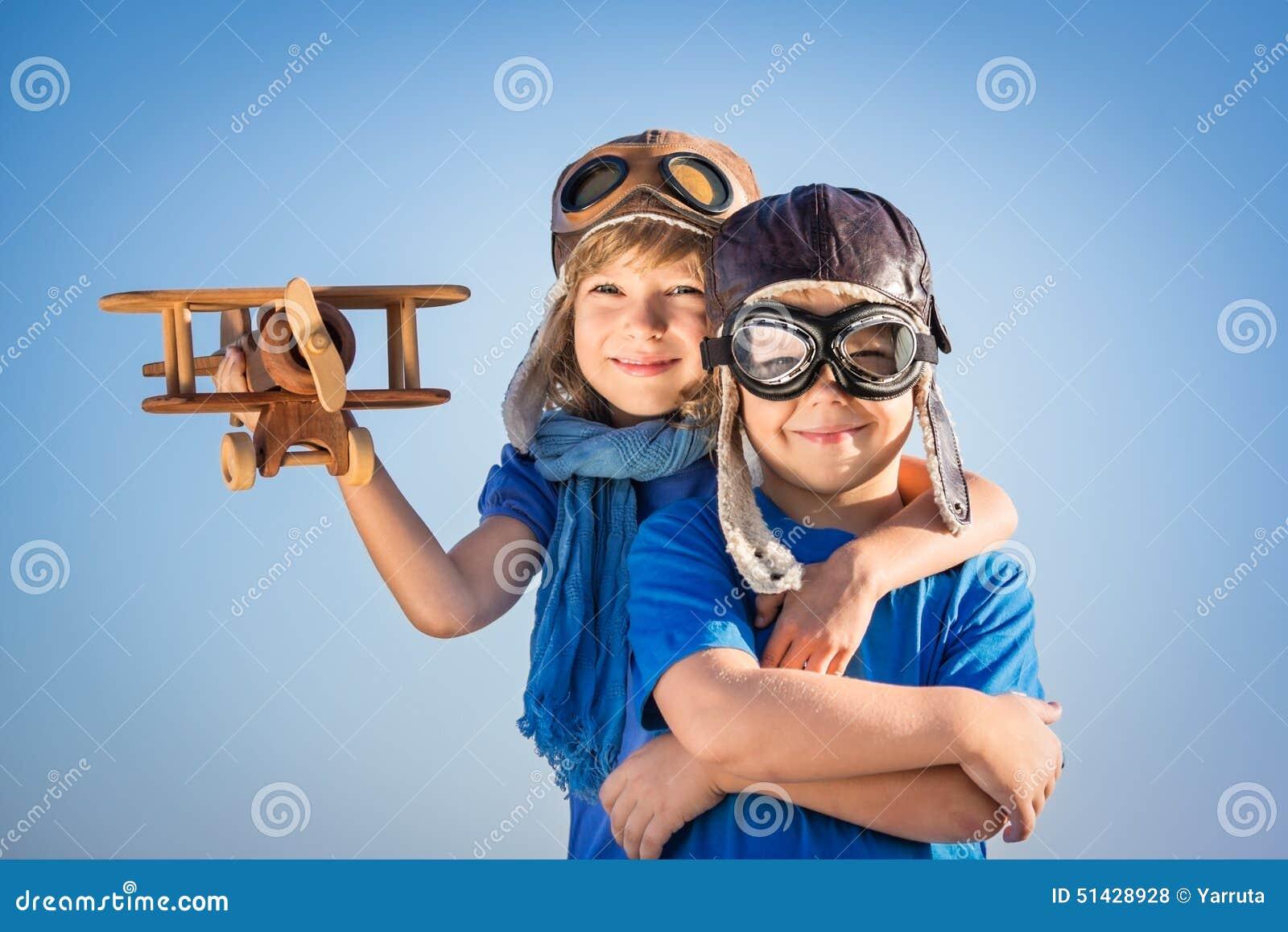 Szczęśliwi dzieci bawić się z zabawkarskim samolotem