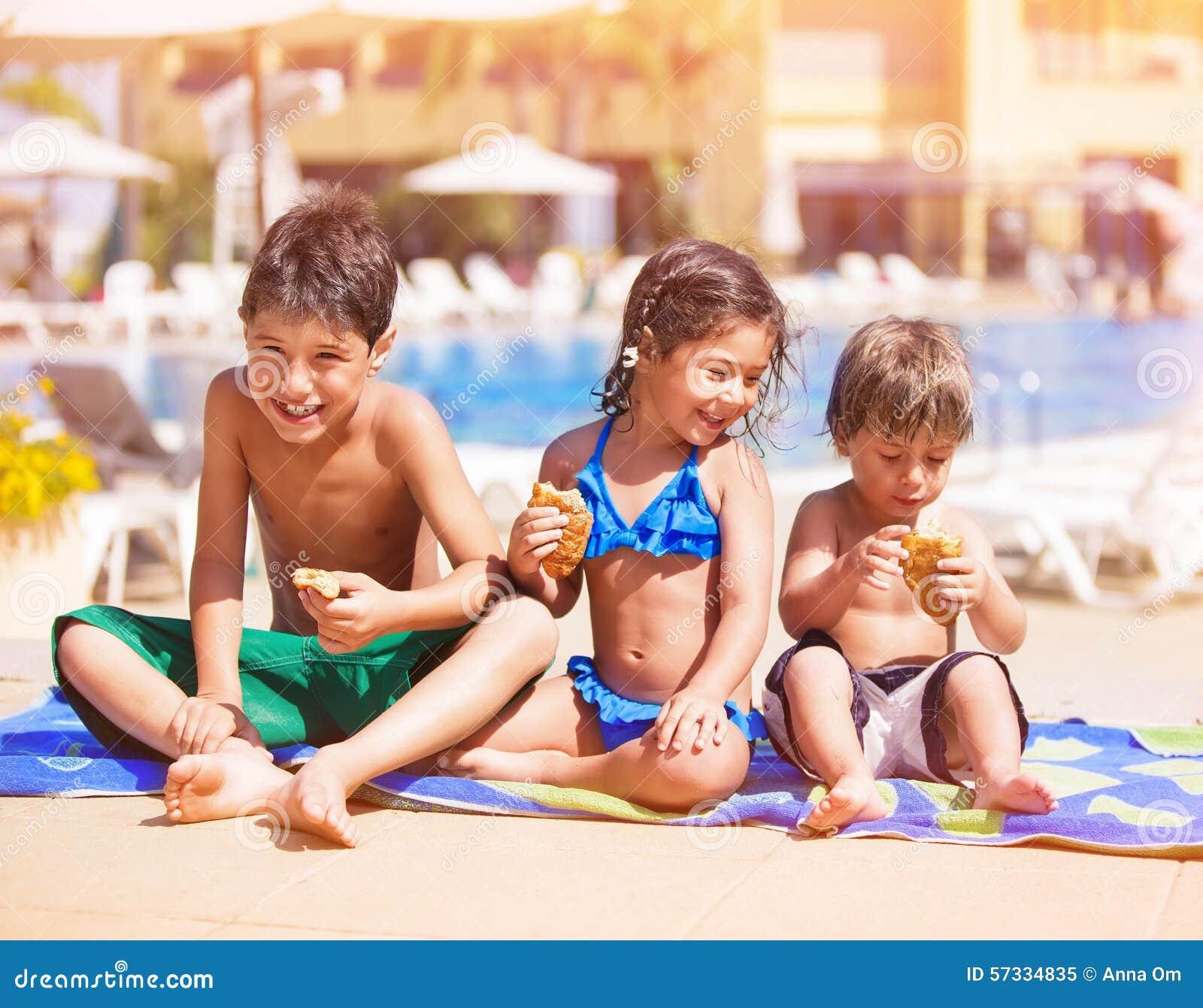 Szczęśliwi dzieci blisko basenu