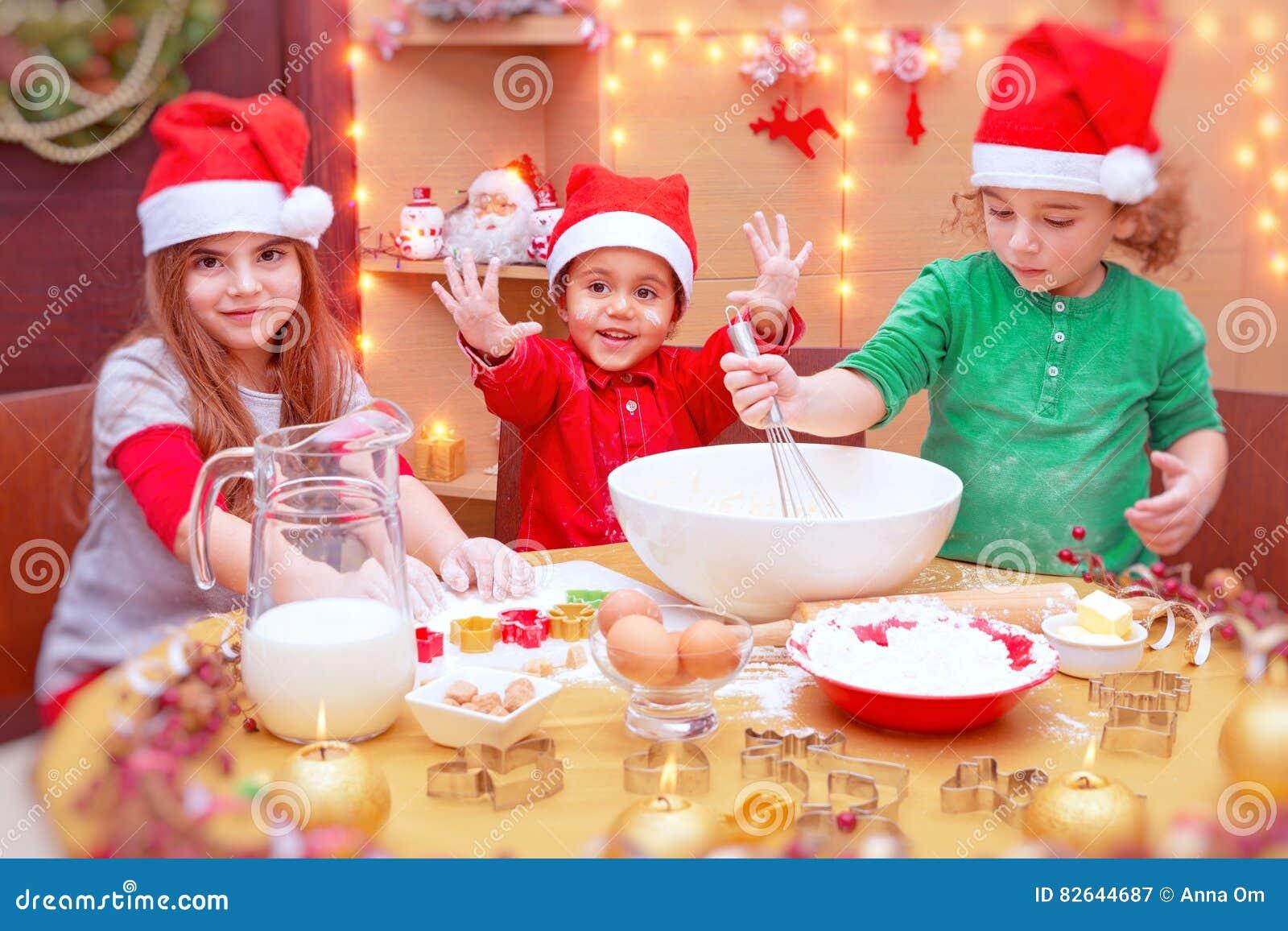 Szczęśliwi dzieci robi ciastkom