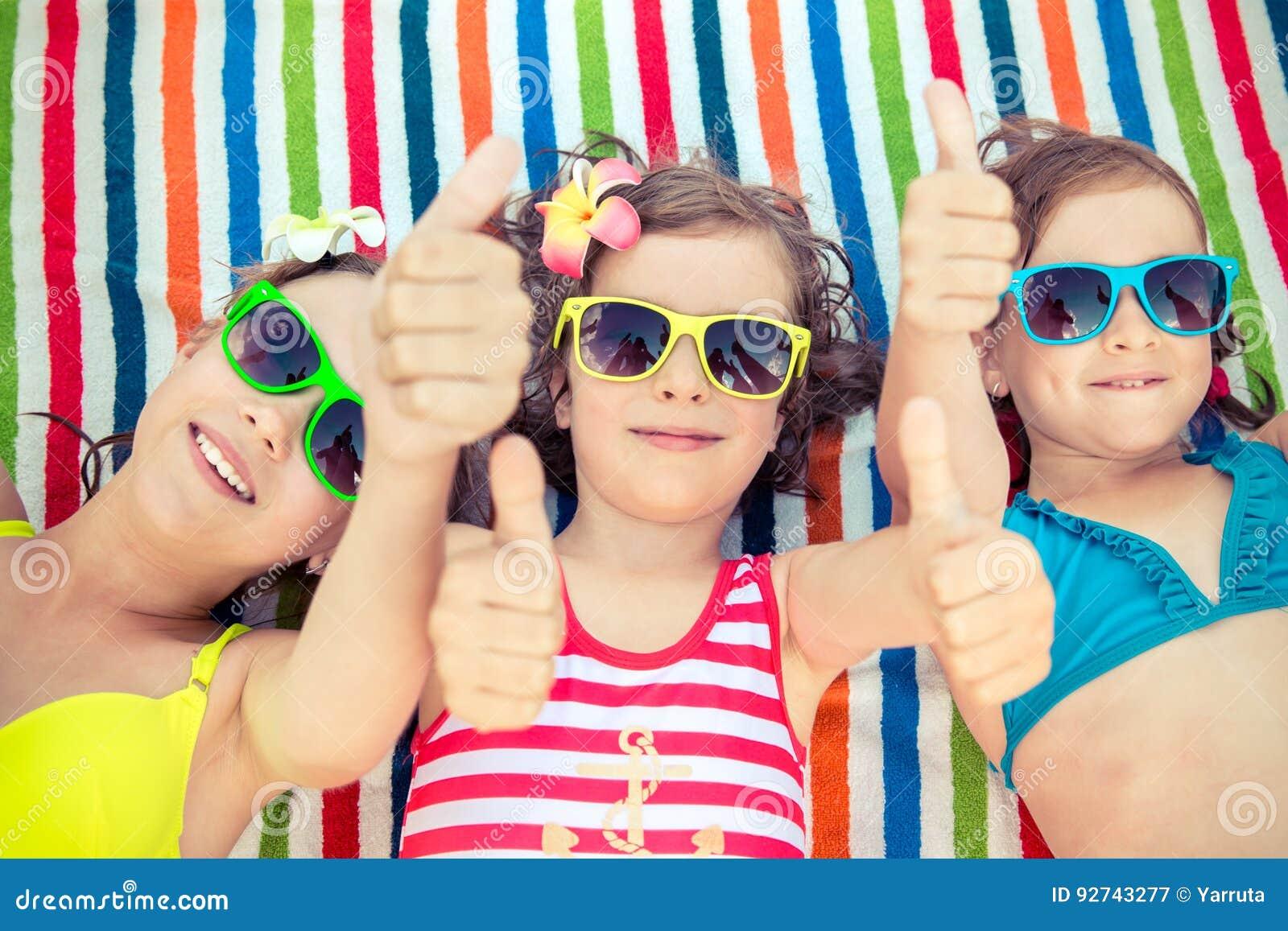 Szczęśliwi dzieci w pływackim basenie