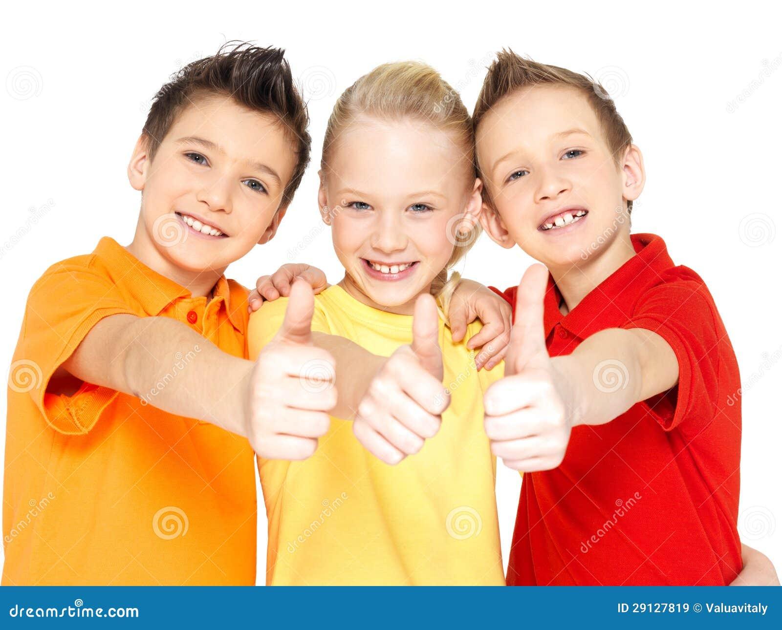 Szczęśliwi dzieci z aprobata gestem