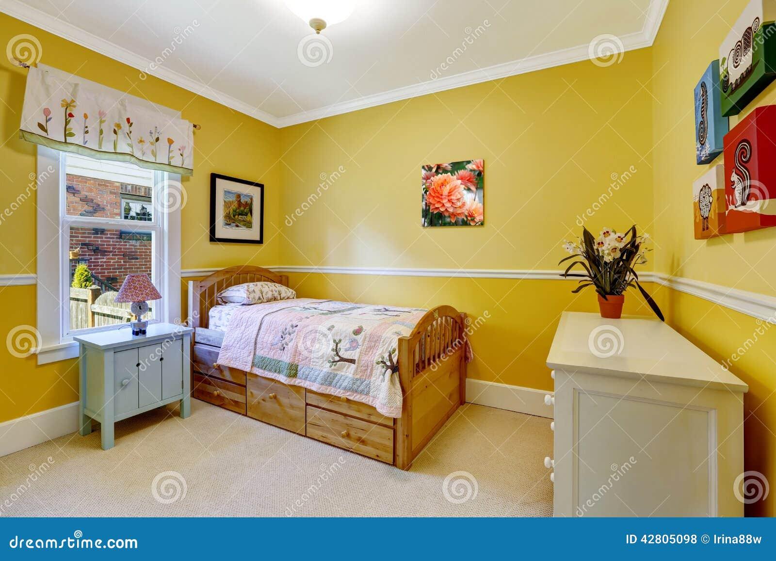 Szczęśliwi dzieciaki izbowi w jaskrawym kolorze żółtym