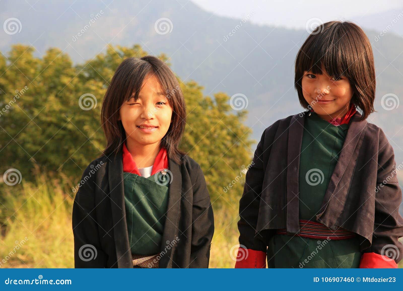 Szczęśliwi dziewczyn dziecko w wieku szkolnym Chodzi szkoła w Bhutan