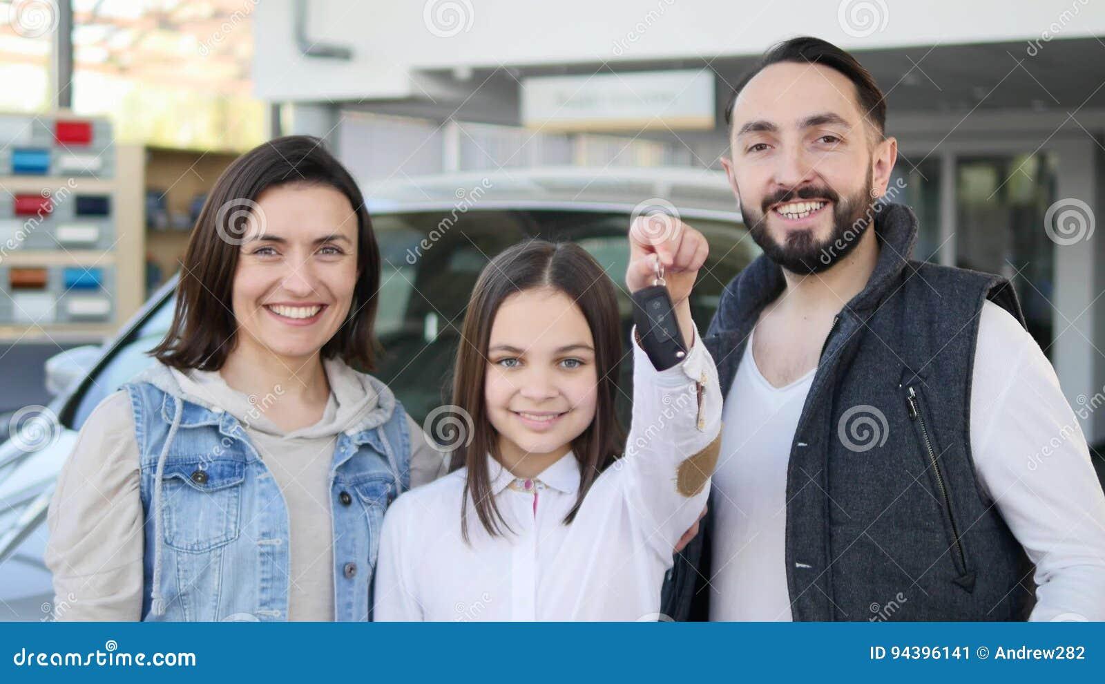 Szczęśliwi dziewczyny mienia klucze nowy rodzinny samochód