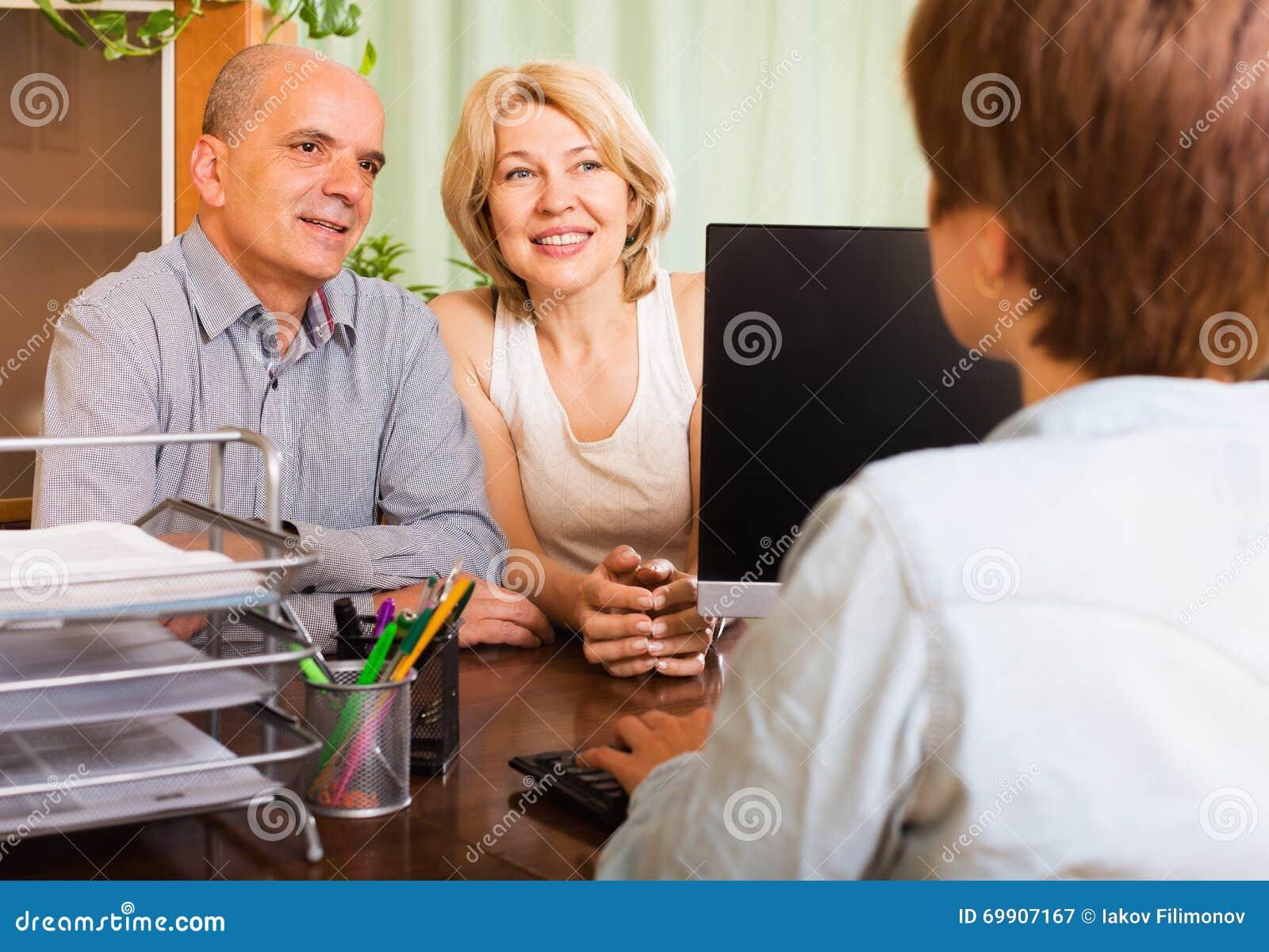 Szczęśliwi emeryci opowiada z kierownikiem