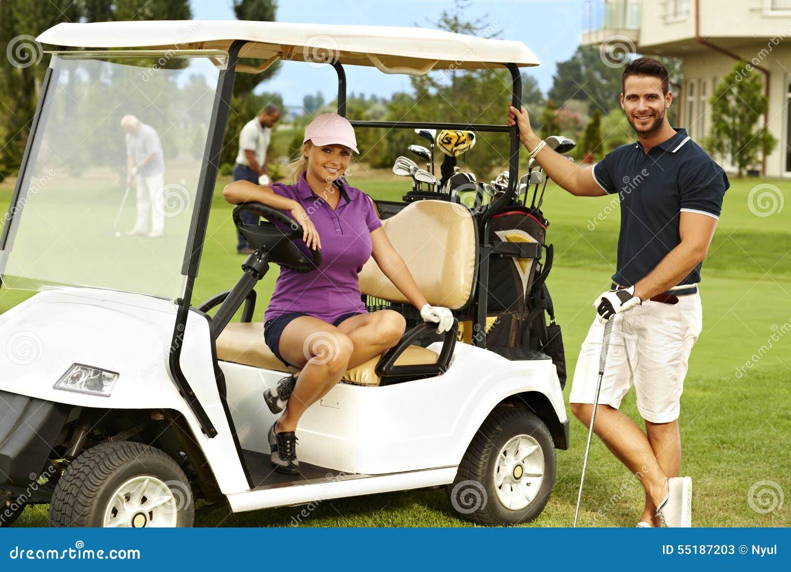 Szczęśliwi golfiści i golfowa fura