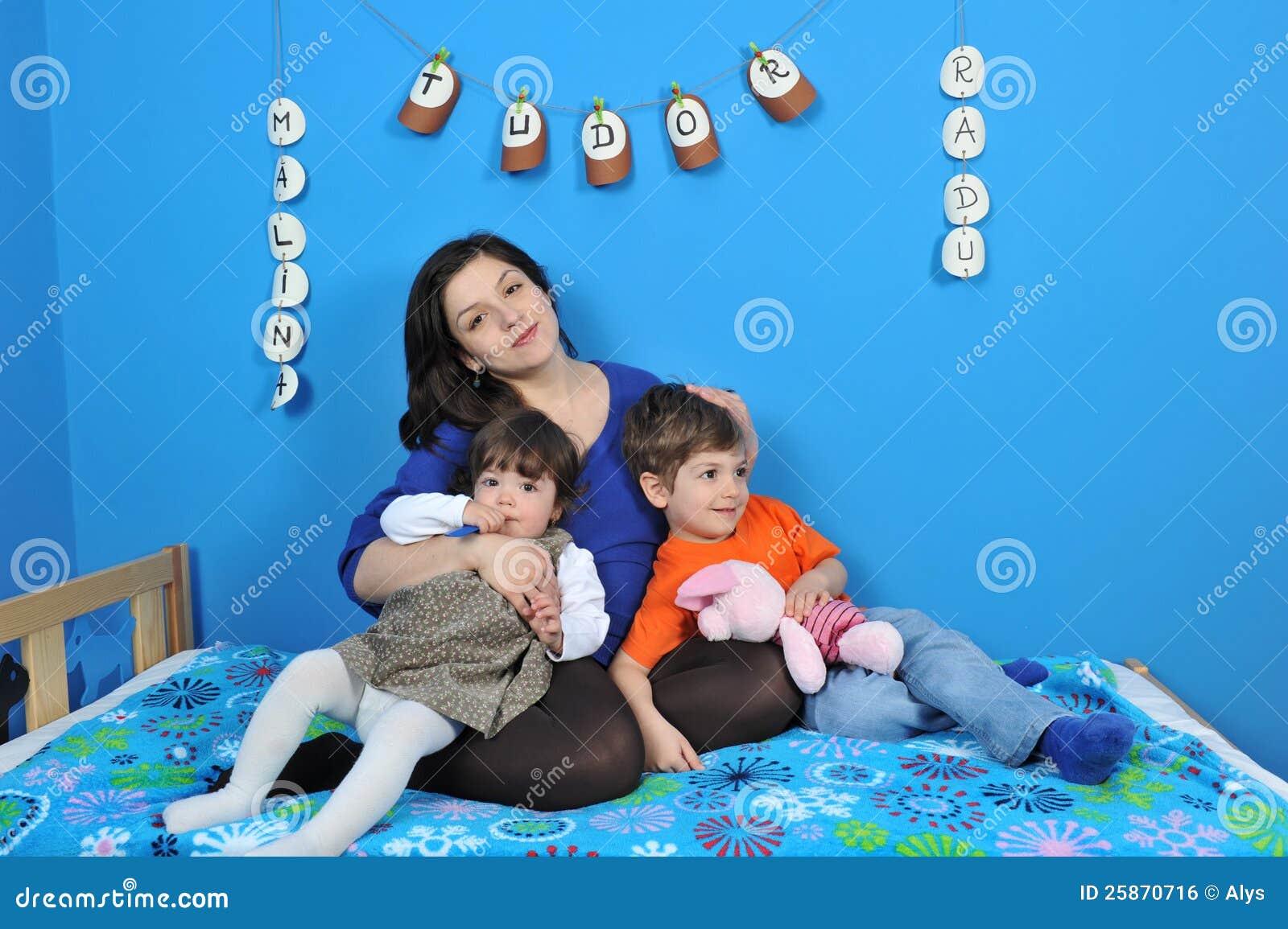 Szczęśliwi kobieta w ciąży i małe dzieci