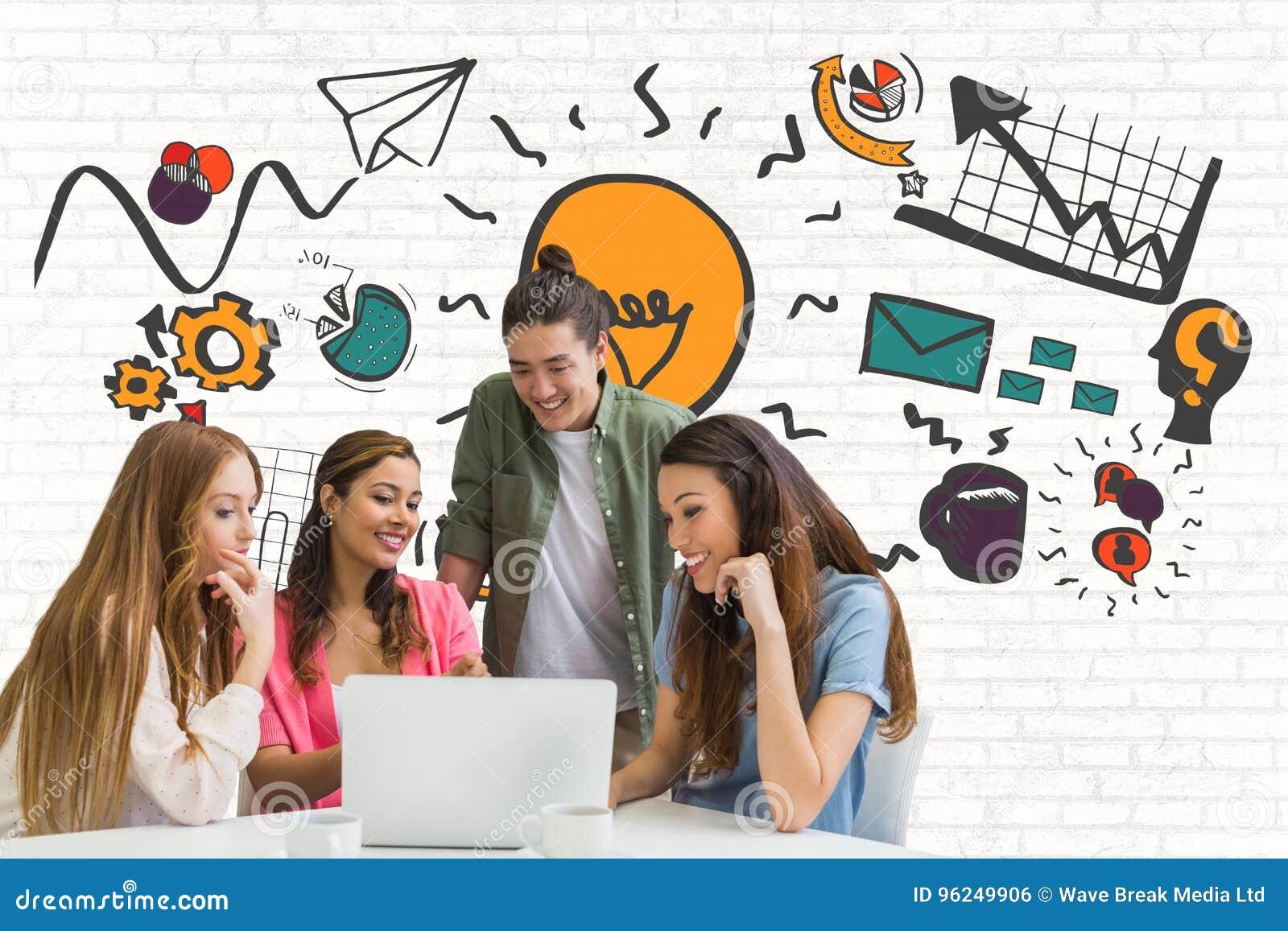 Szczęśliwi ludzie biznesu patrzeje komputer przeciw biel ścianie z grafika przy biurkiem