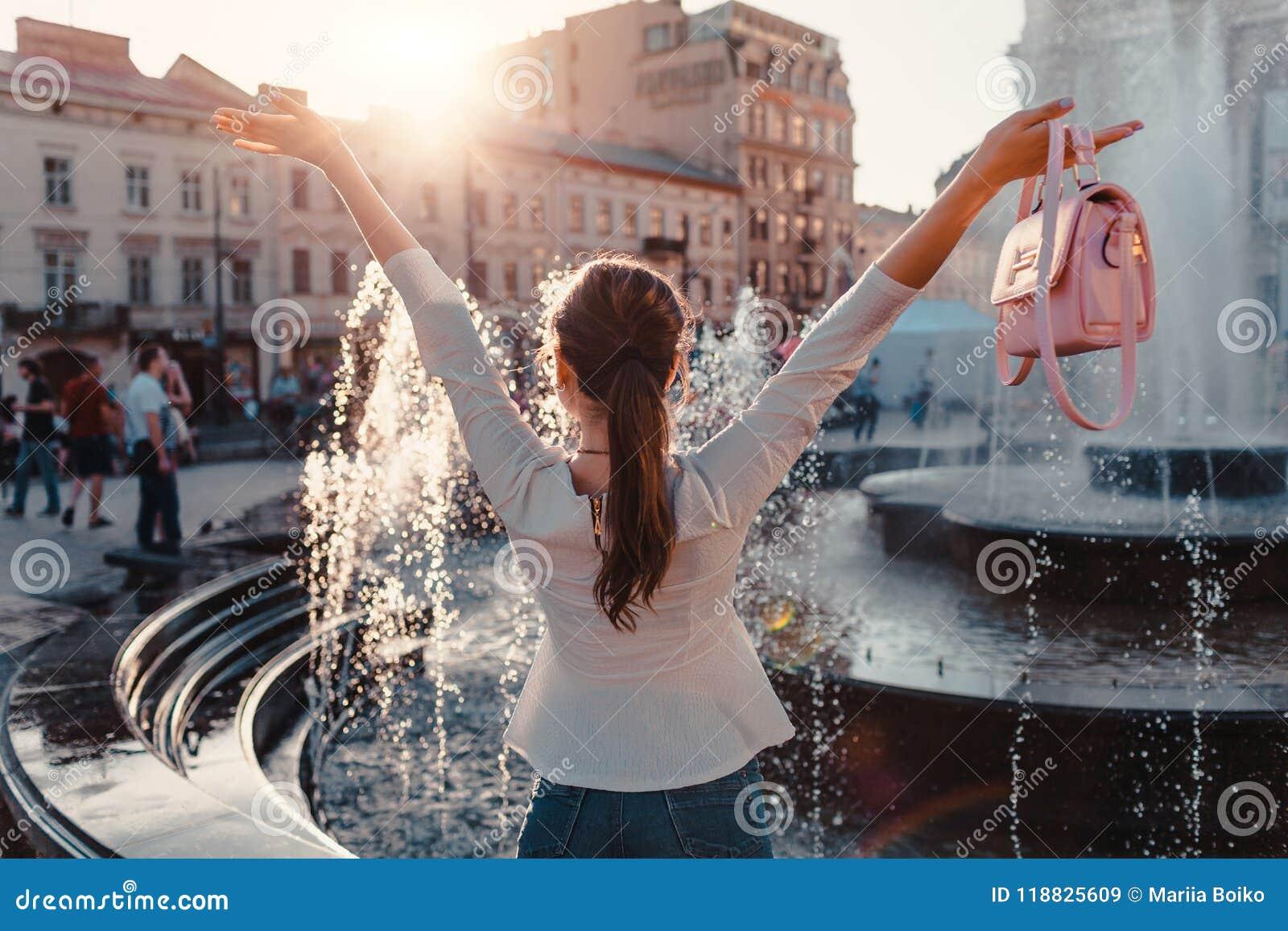 Szczęśliwi młoda kobieta turysty spojrzenia przy fontanną plażowi Formentera wyspy kobiety potomstwa Wakacje i wakacje pojęcie