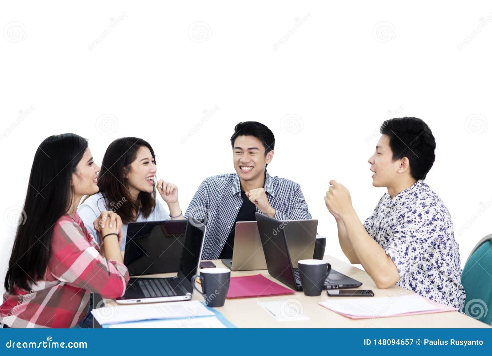 Szczęśliwi młodzi freelancers dyskusję na studiu