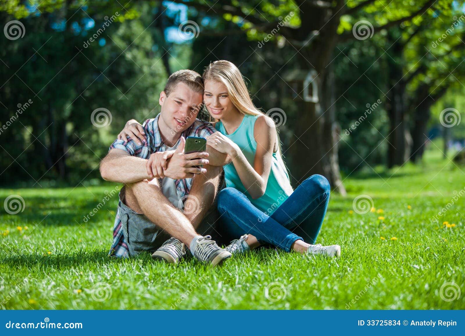 Szczęśliwi młodzi ludzie outdoors