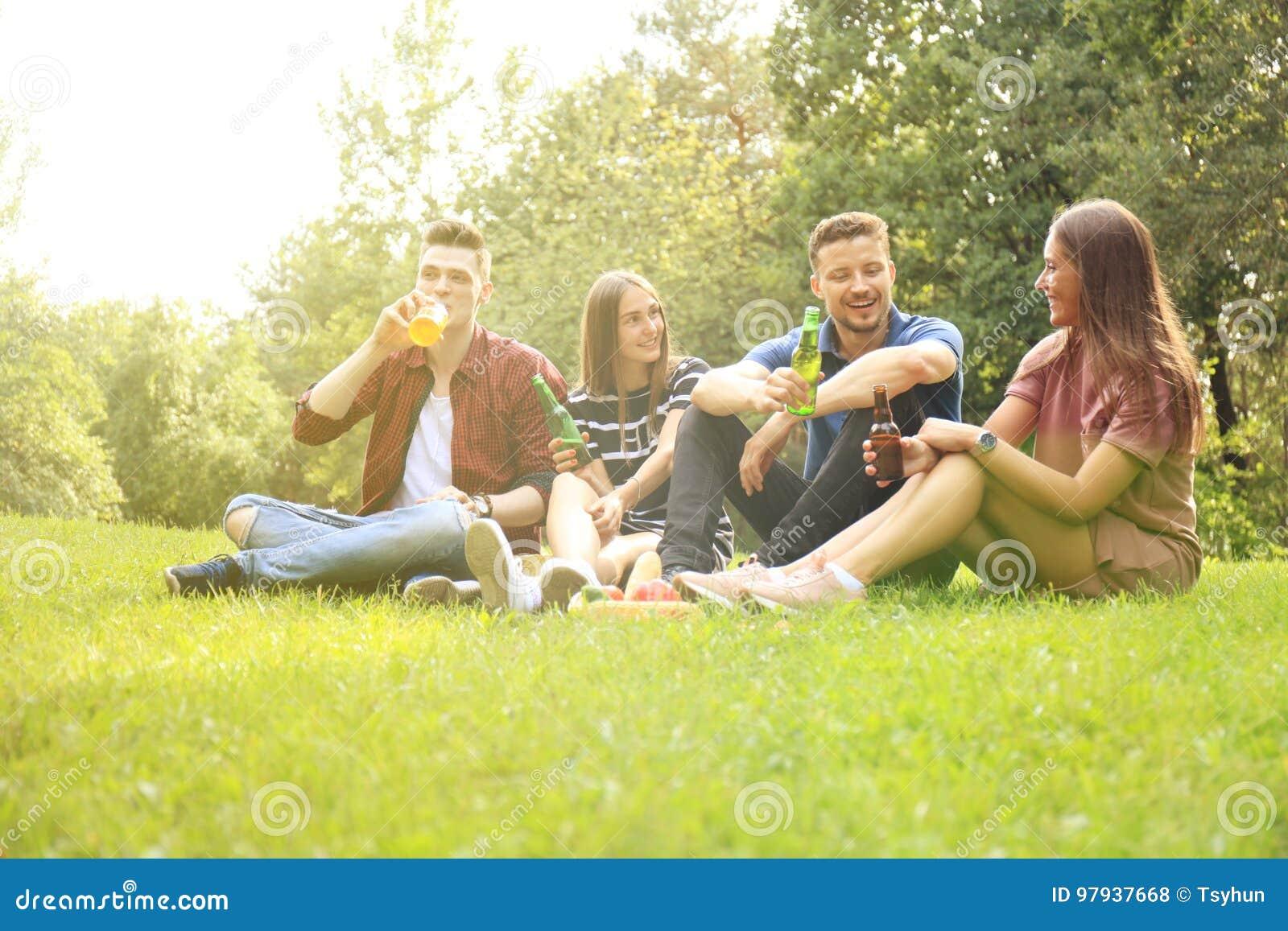 Szczęśliwi młodzi przyjaciele cieszy się pinkin i jeść