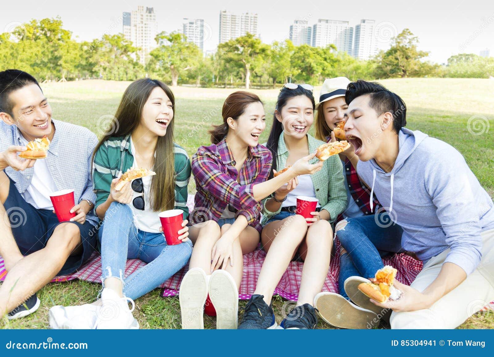 Szczęśliwi młodzi przyjaciele cieszy się zdrowego pinkin