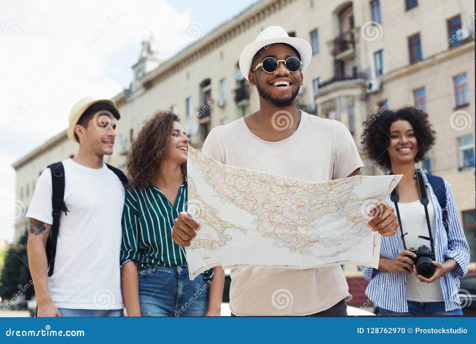 Szczęśliwi modnisie używa nawigaci mapę badać miasto