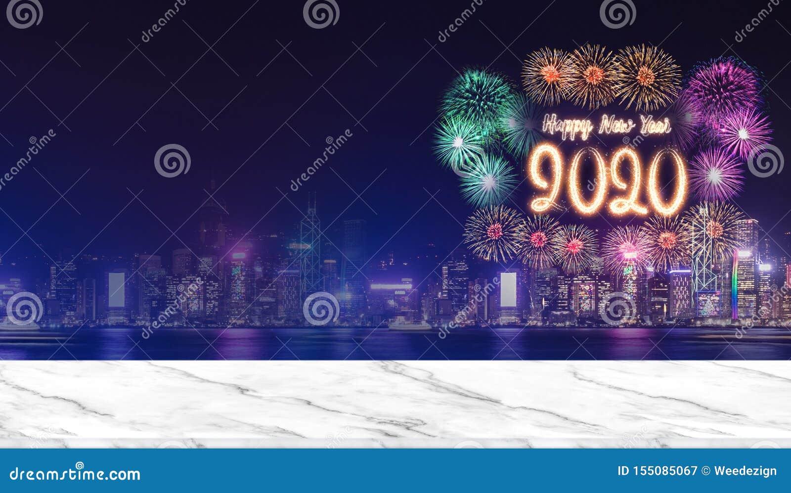Szczęśliwi nowego roku 2020 fajerwerki nad pejzażem miejskim przy nocą z pustym marmurowym stołowym wierzchołkiem, Panoramicznym