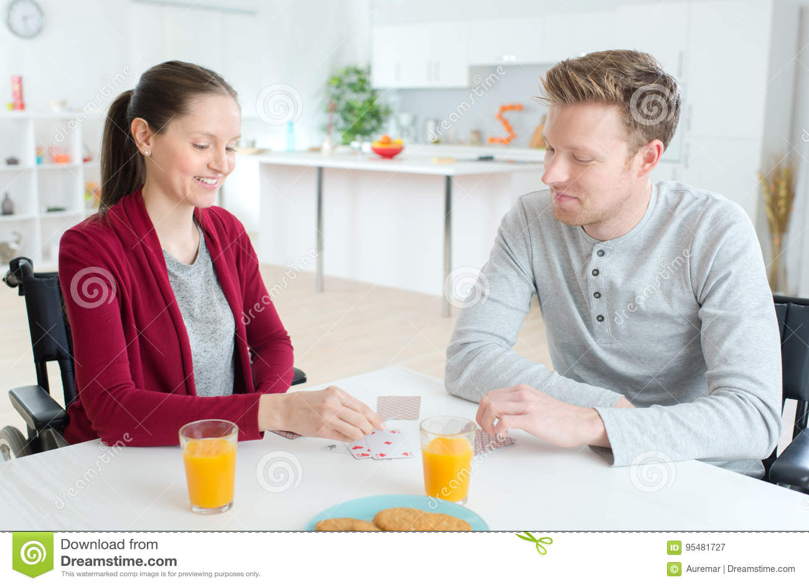 Szczęśliwi par karta do gry w domu obezwładniał