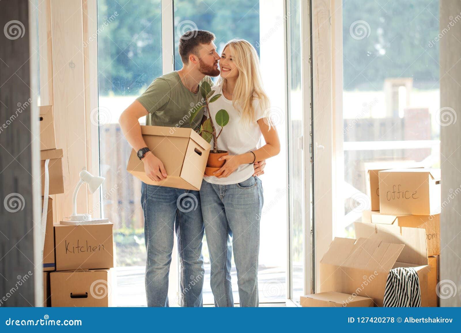 Szczęśliwi pary przewożenia kartony W Nowego dom Na Poruszającym dniu