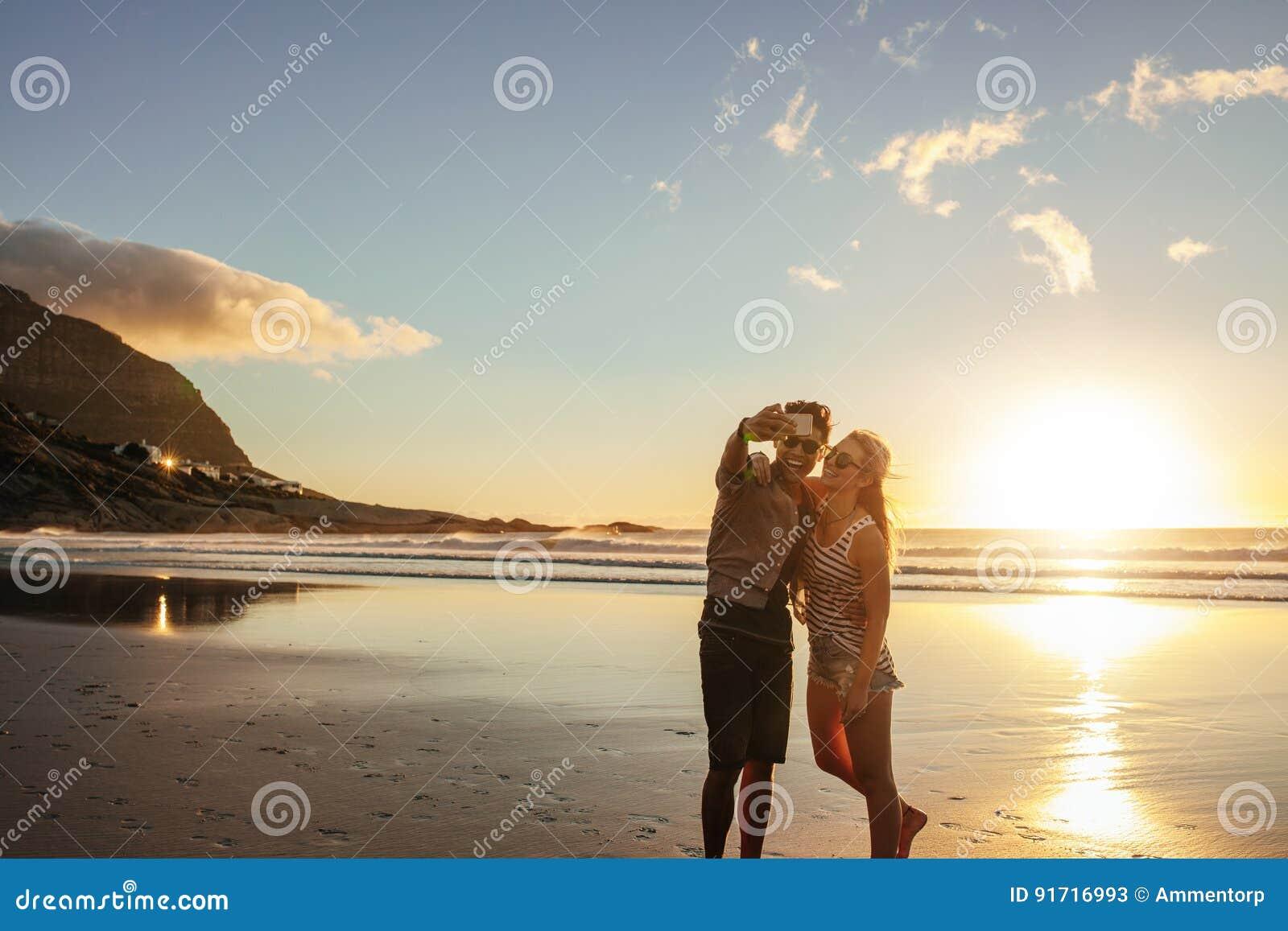Szczęśliwi potomstwa dobierają się brać jaźń portret przy plażą