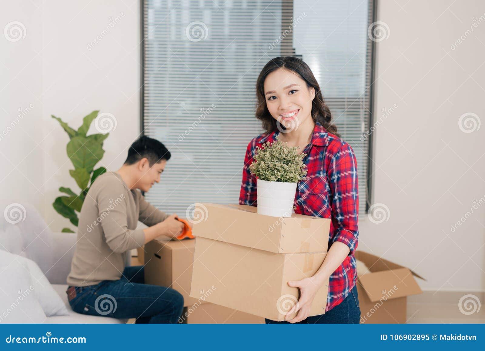 Szczęśliwi potomstwa dobierają się chodzenie w nowego mieszkanie z pakować boxe