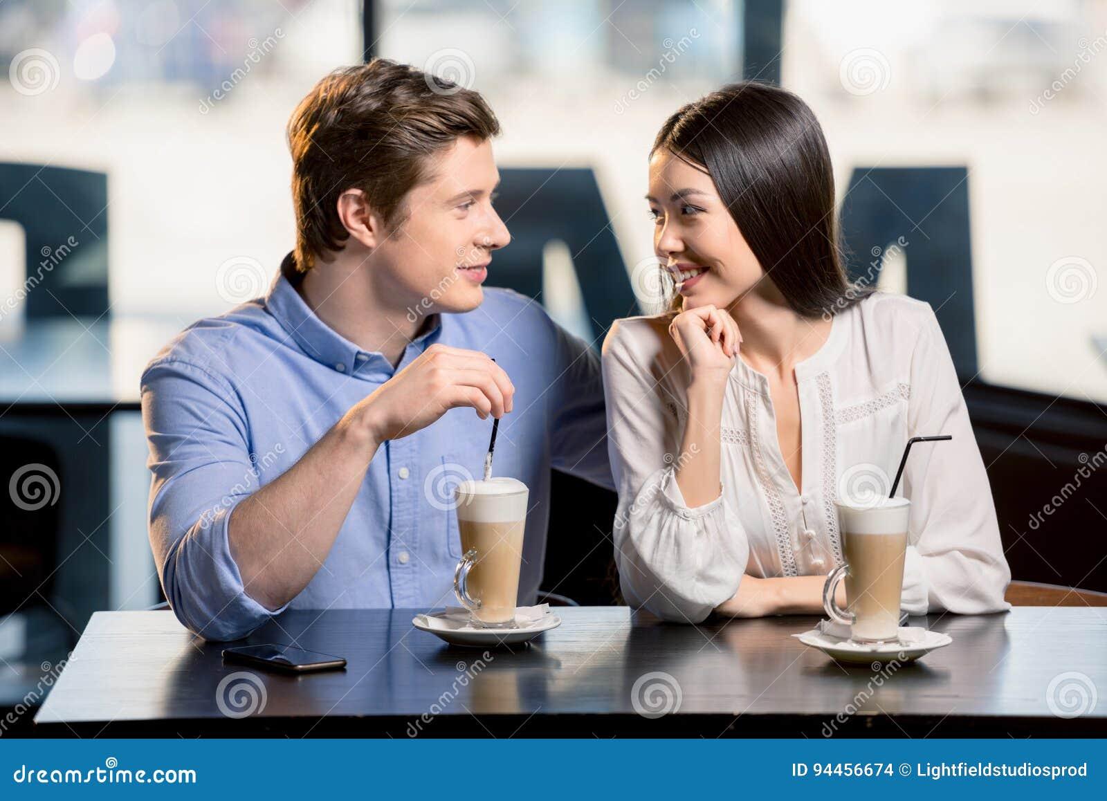 Szczęśliwi potomstwa dobierają się w miłości przy romantyczną datą w restauraci